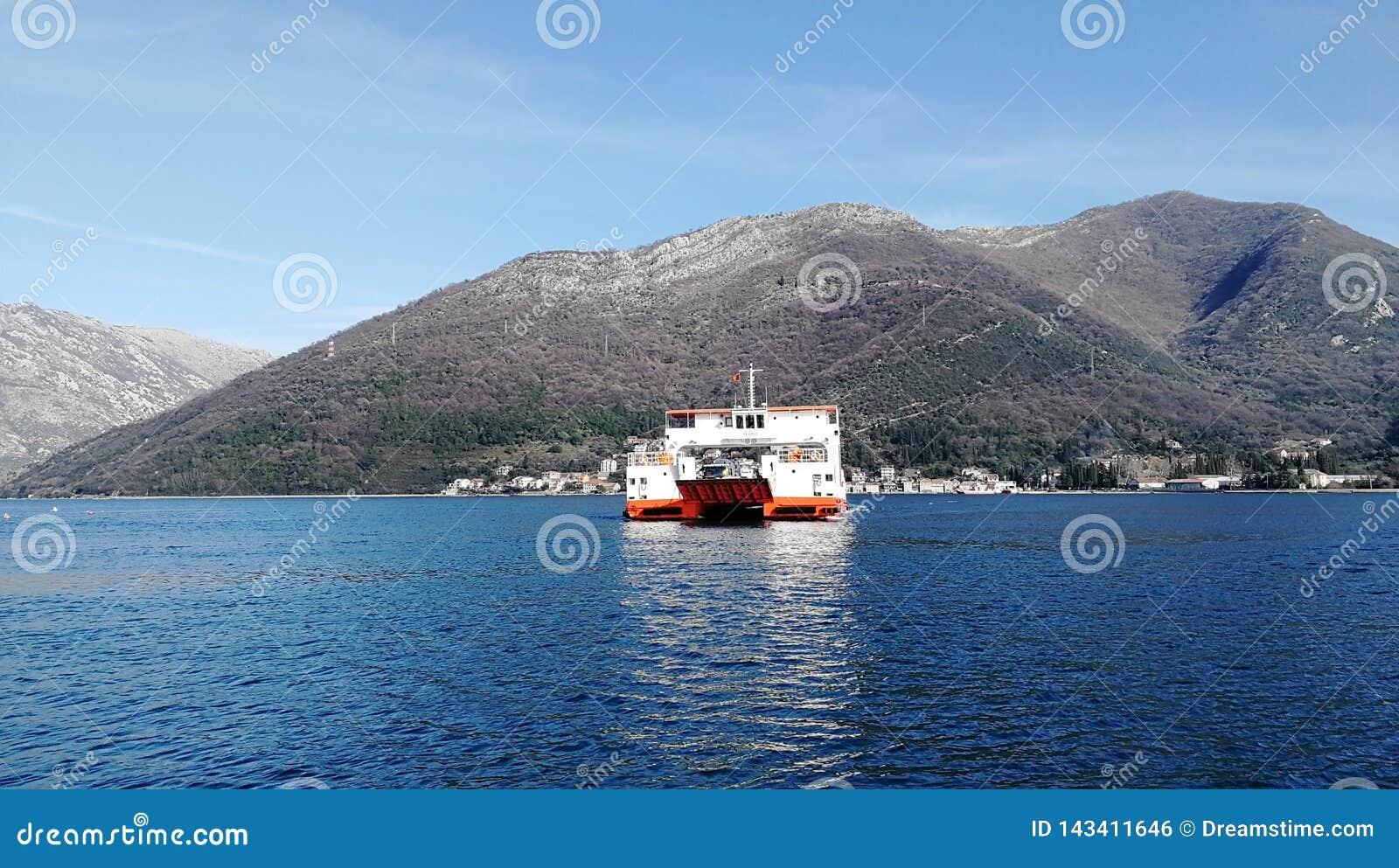 Färja av Kotor i Montenegro
