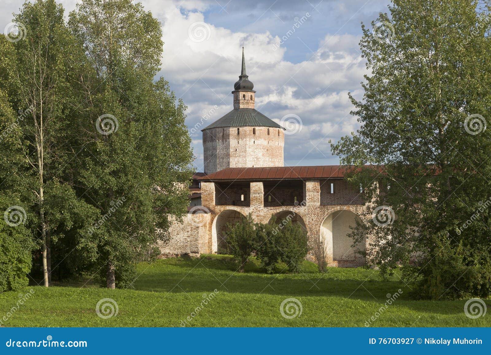 Fästningväggen den stora antagandekloster och hovslagaren står högt i den Kirillo-Belozersky kloster, den Vologda regionen, Ryssl
