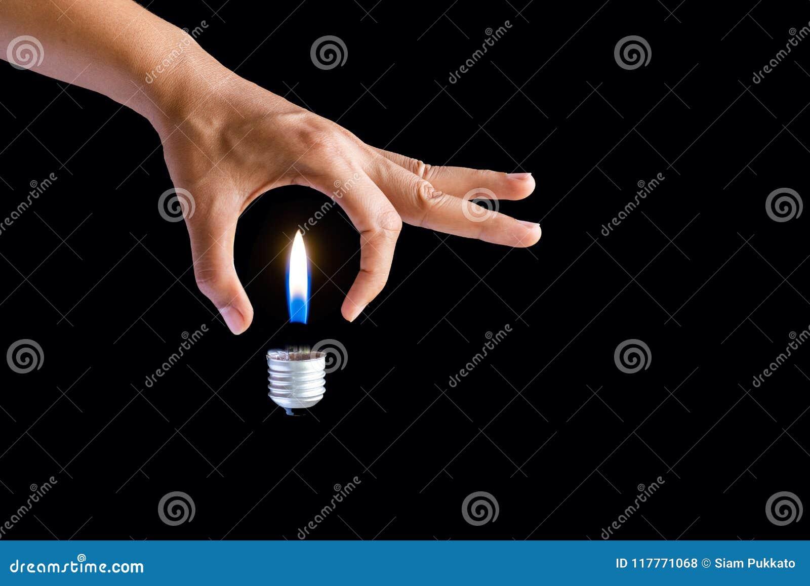 Få idébegreppet hand för affärskvinna som rymmer den ljusa kulan