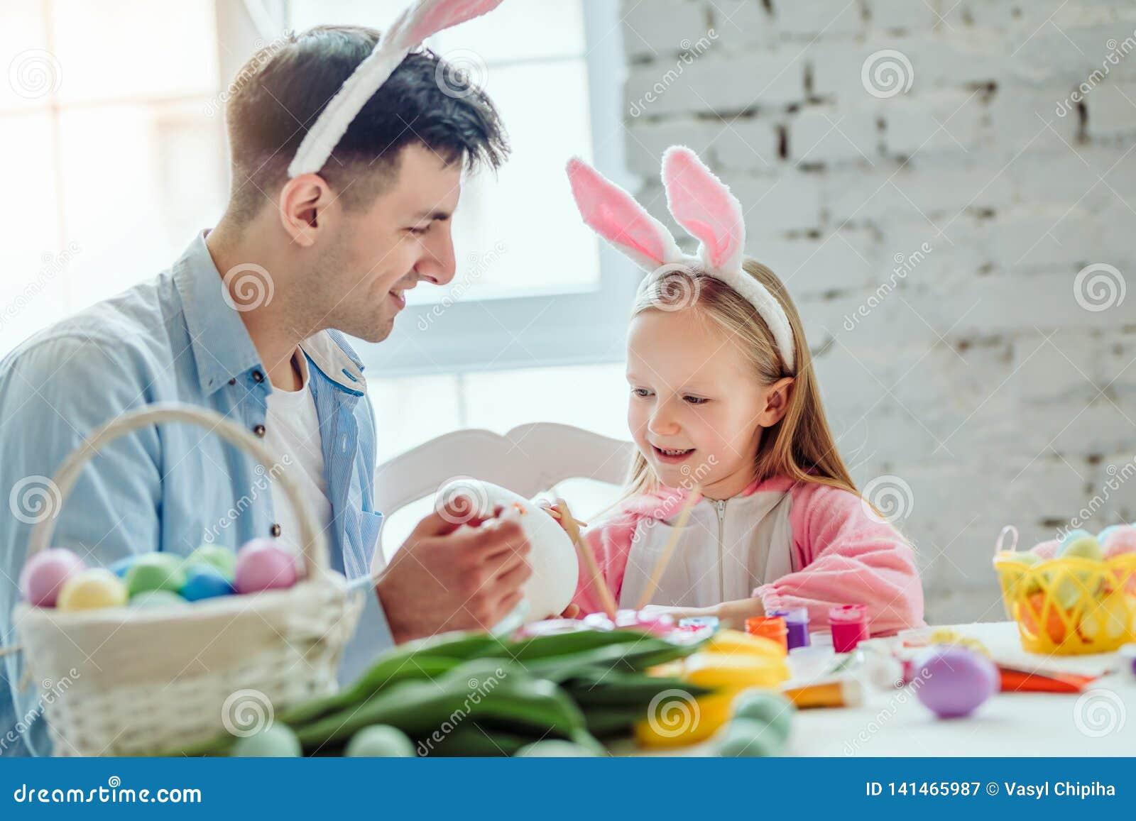 Få klart för påsk med farsan Farsan och hans lilla dotter har tillsammans gyckel, medan förbereda sig för påskferier På tabellen