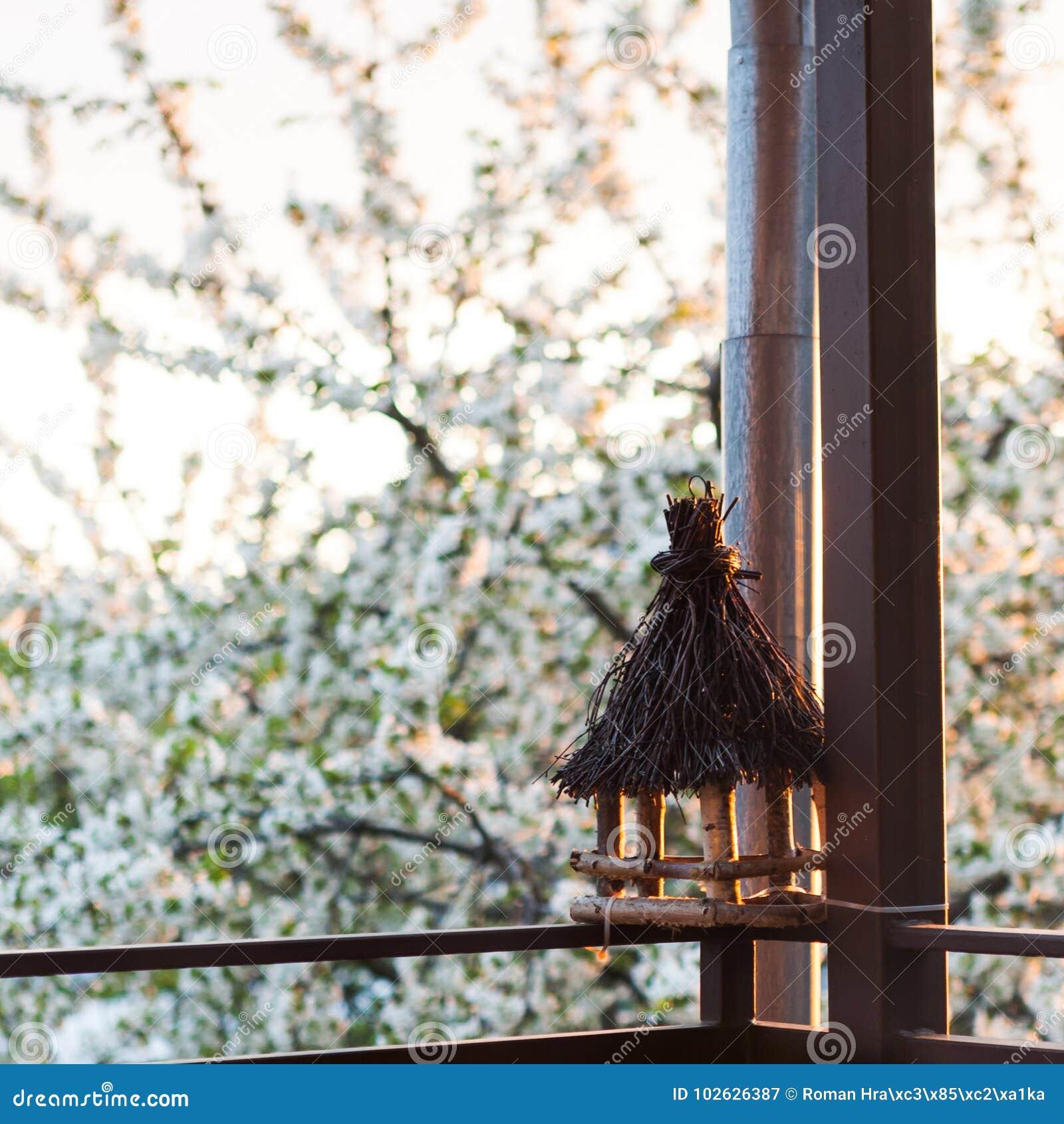 Fågelförlagematare på balkong