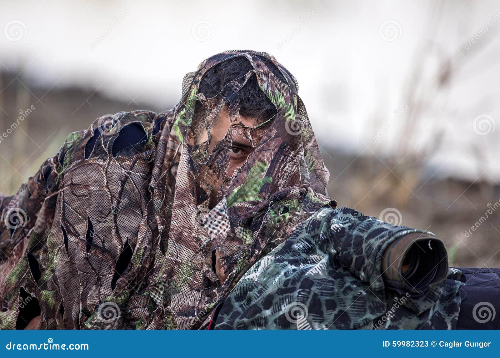 Fågelfotograf i kamouflage