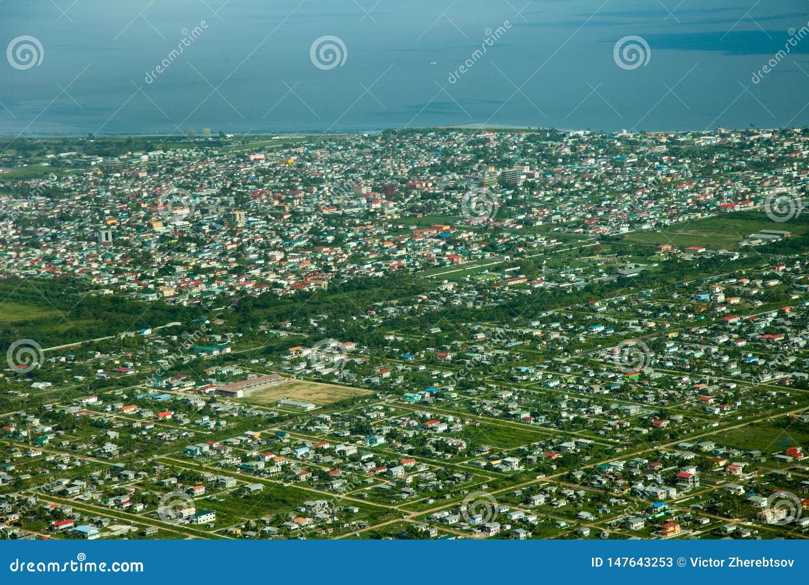 Fågelperspektiv av den Georgetown staden som tas från ett flygplan, Guyana