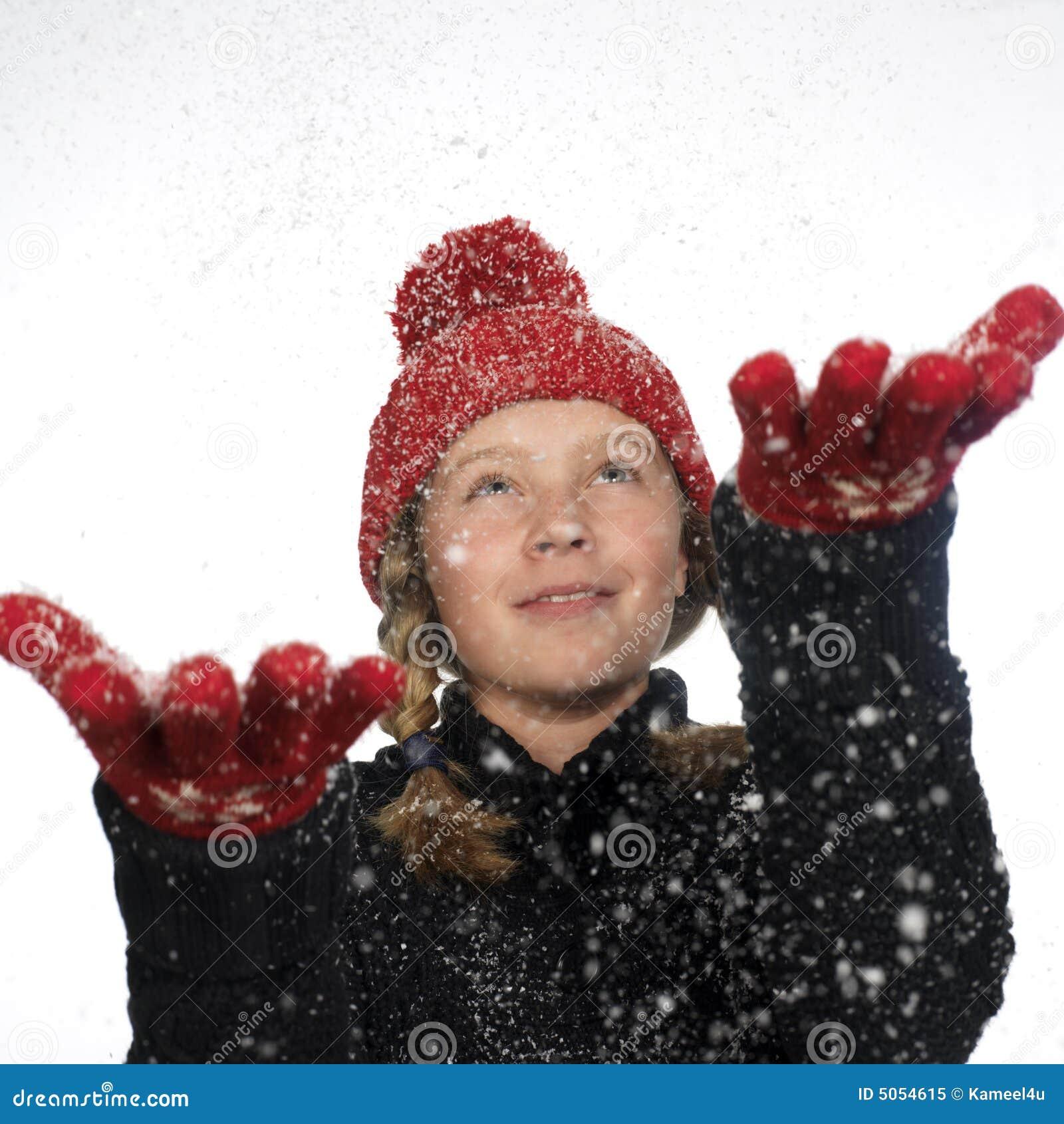 Fångande lycklig flakesflickahand henne snow