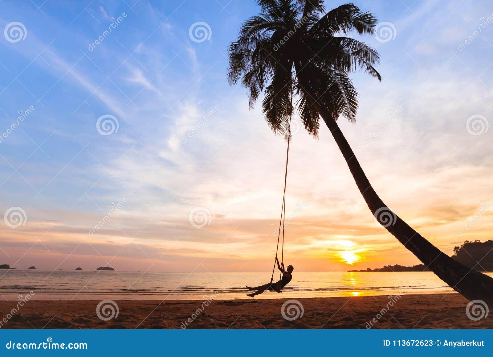 Férias de verão, mulher feliz no balanço na praia tropical, férias