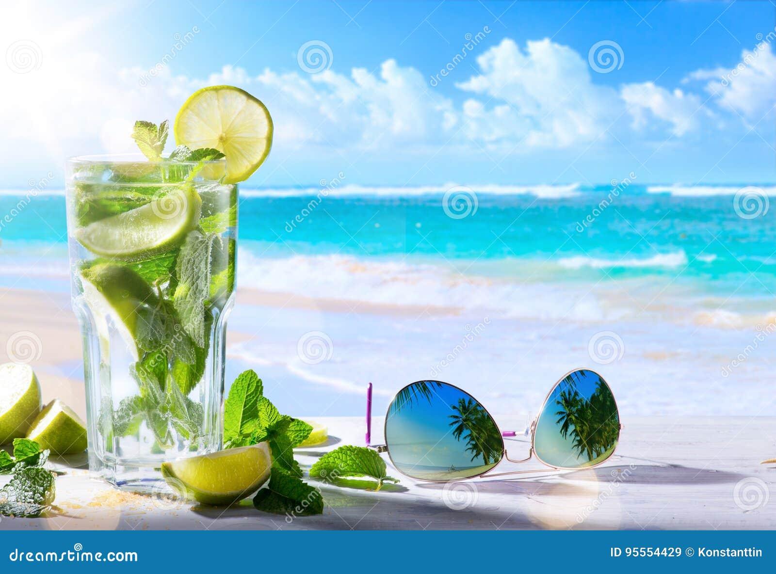 Férias de verão tropicas; Bebidas exóticas no CCB tropical da praia do borrão