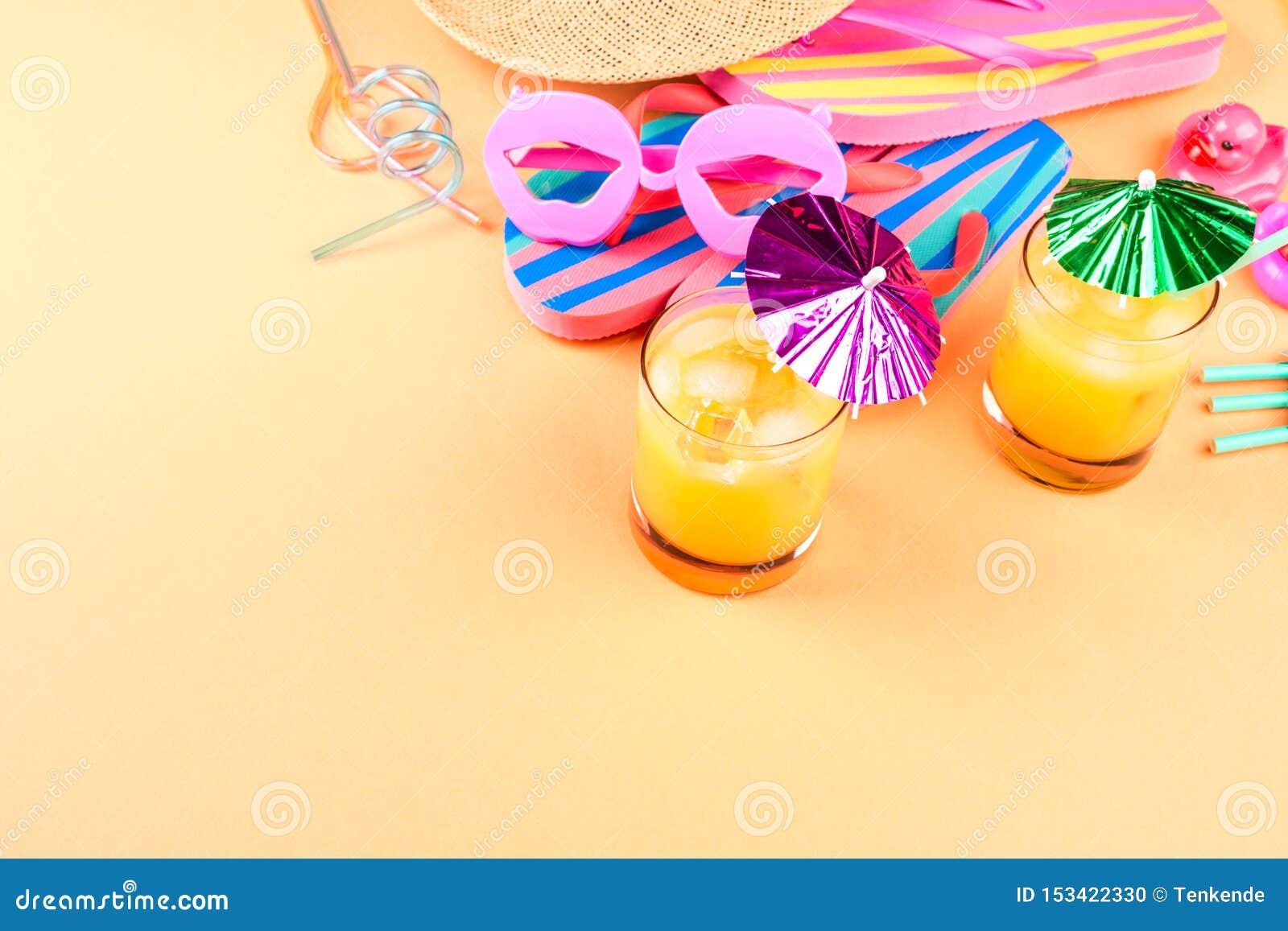 Férias no conceito da praia com cocktail do verão