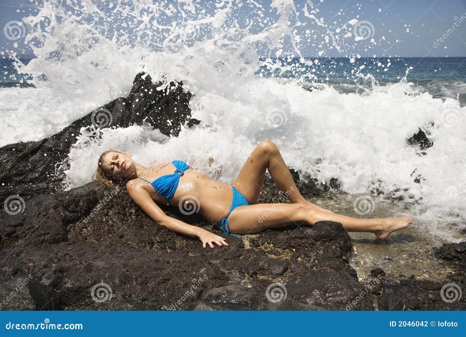 Fêmea no biquini com ondas