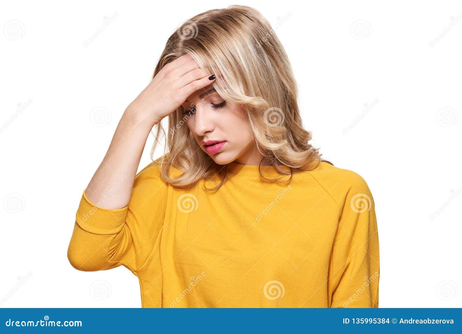 Fêmea nova esgotada forçada que tem a dor de cabeça de tensão forte Pressão e esforço do sentimento Mulher deprimida com cabeça n