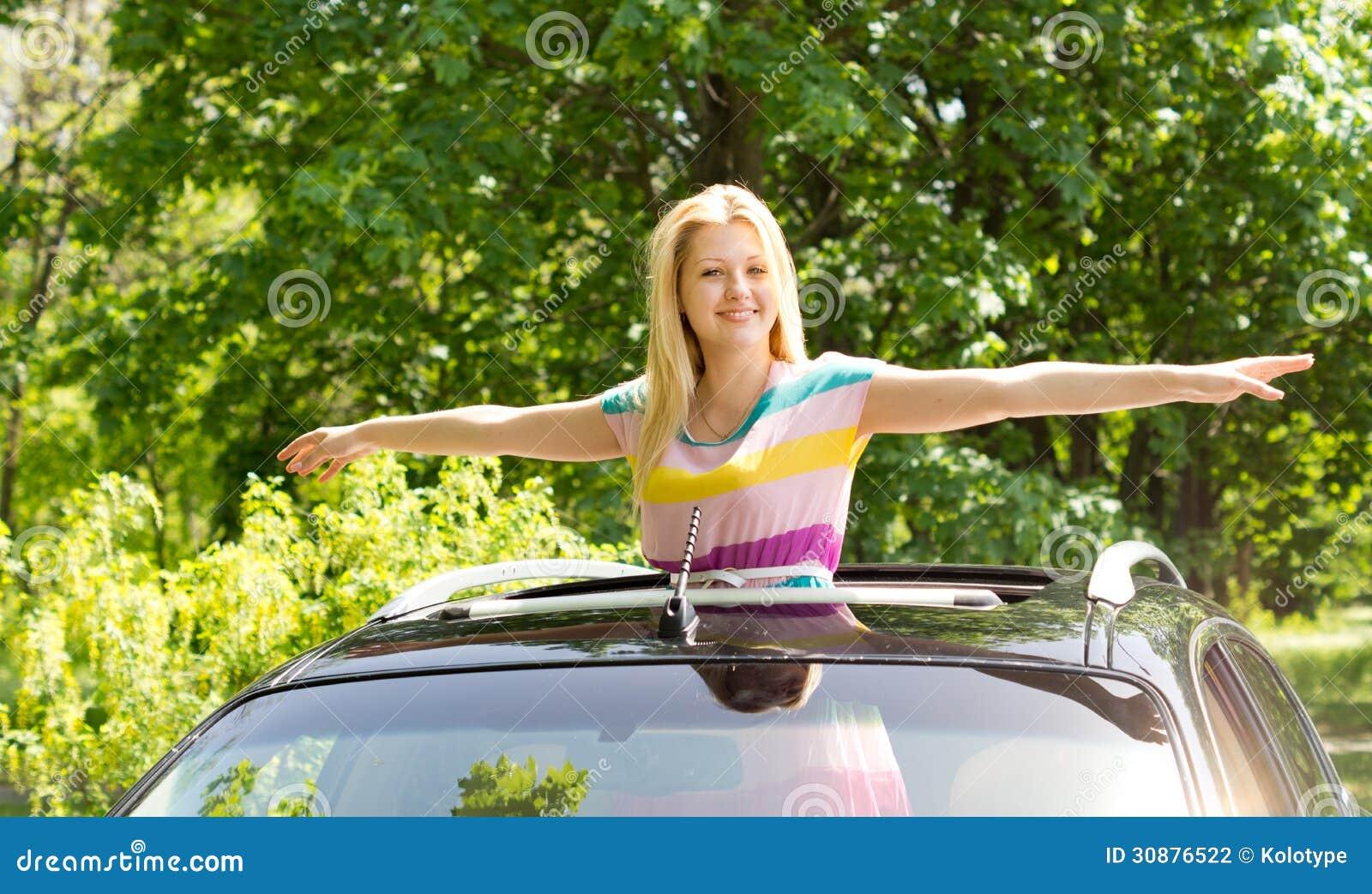 A fêmea que espalha suas mãos gosta de um pássaro