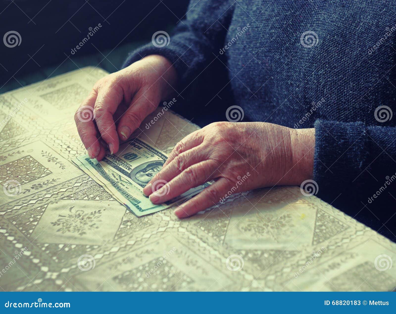 Fêmea superior do latino com pequena quantidade de dinheiro, imagem tonificada, foco colorized, seletivo, dof muito raso