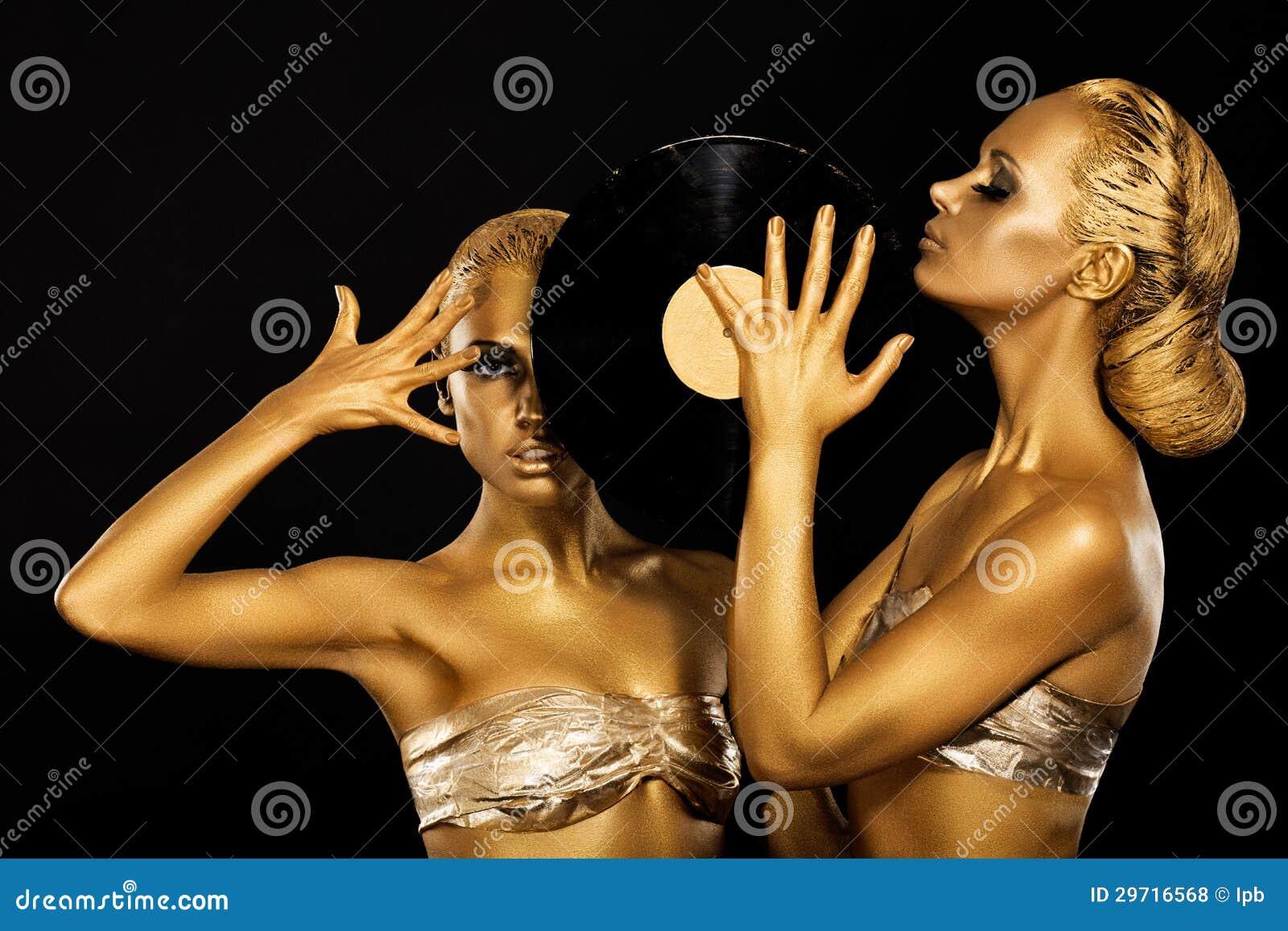 Fetiche. Mulheres DJs que guardara o registro de vinil retro. Ouro fantástico Badyart. Desempenho