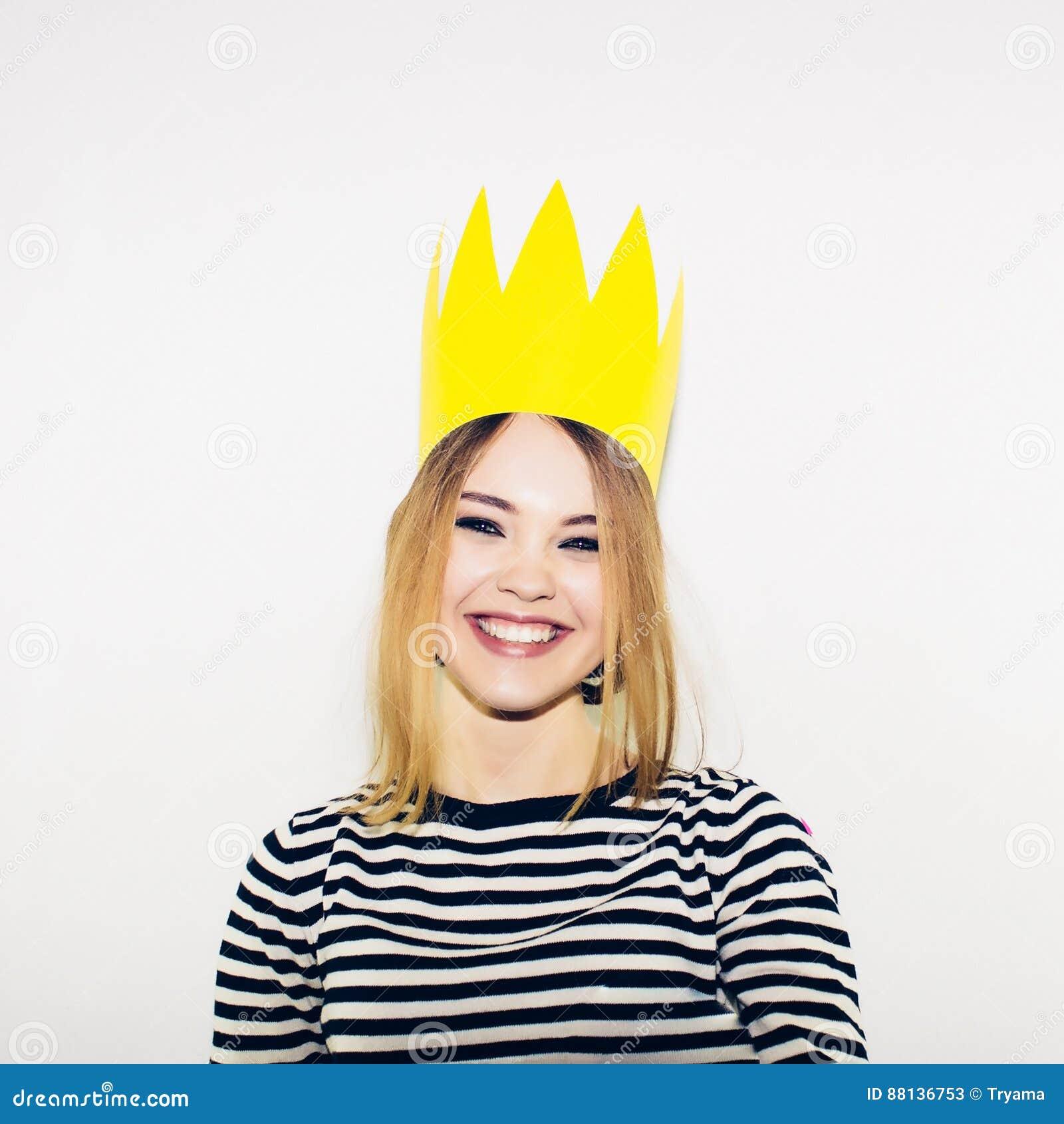 Fête d anniversaire, carnaval de nouvelle année La jeune femme de sourire sur le fond blanc célébrant l événement brightful, port
