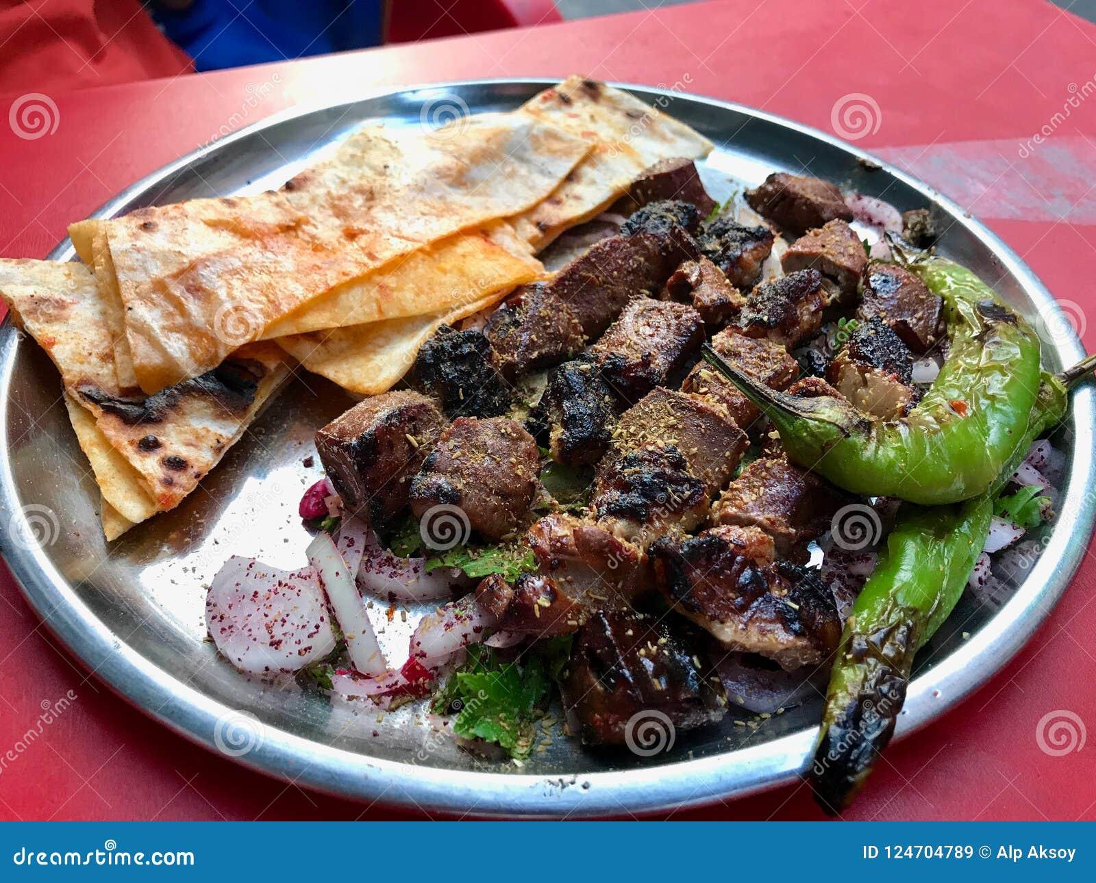 Fígado albanês com cebolas e Shawarma/Arnavut Cigeri