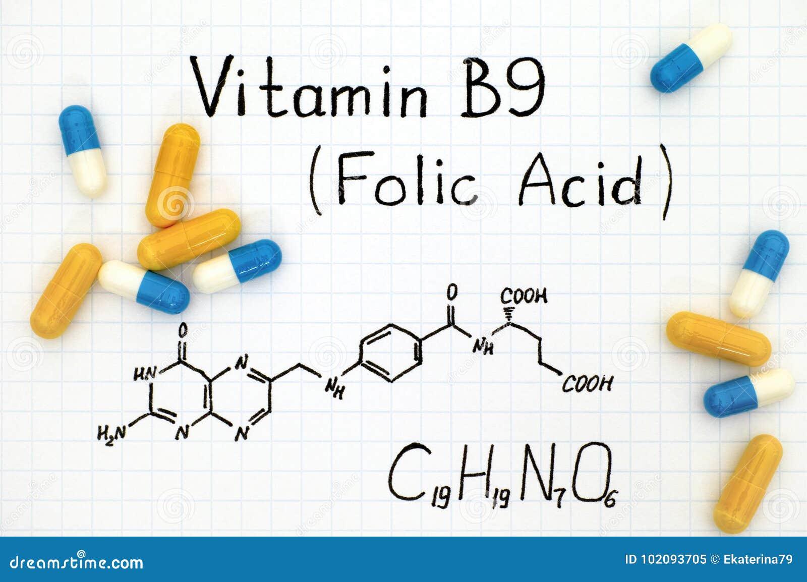Fórmula química del ácido fólico de la vitamina B9 con las píldoras