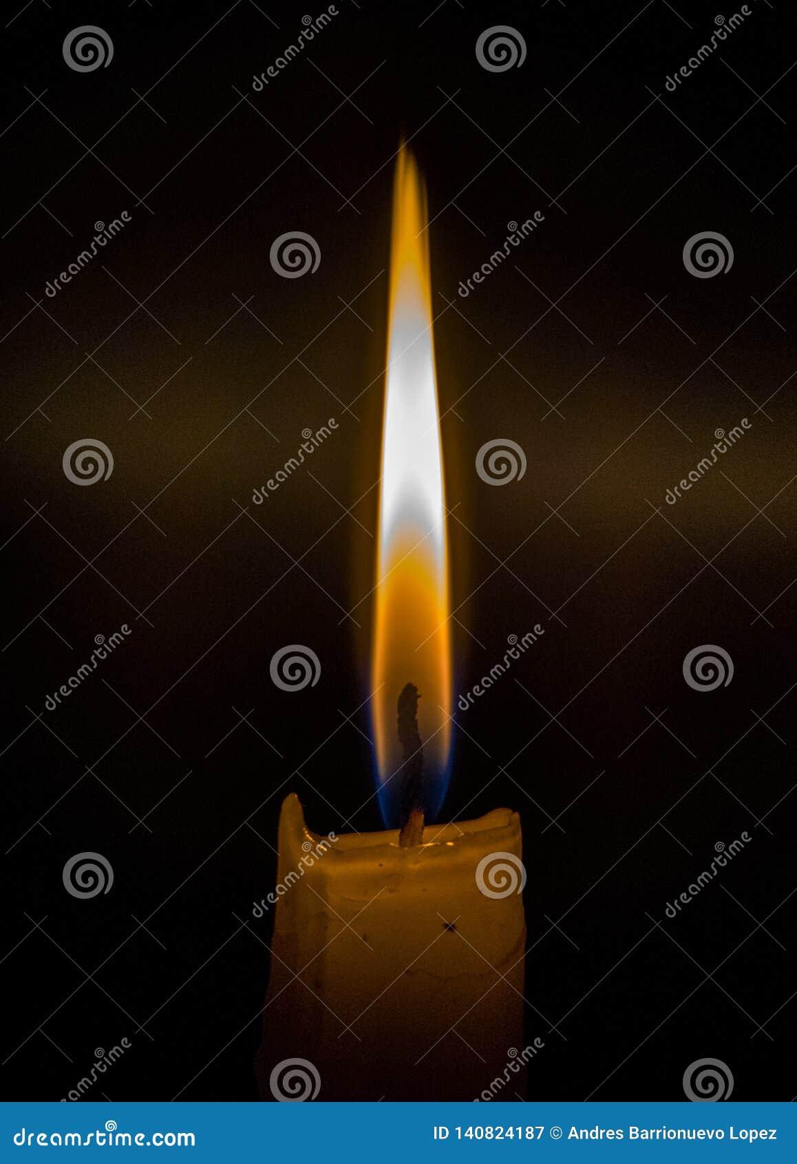 Fósforos que queimam-se para iluminar uma vela