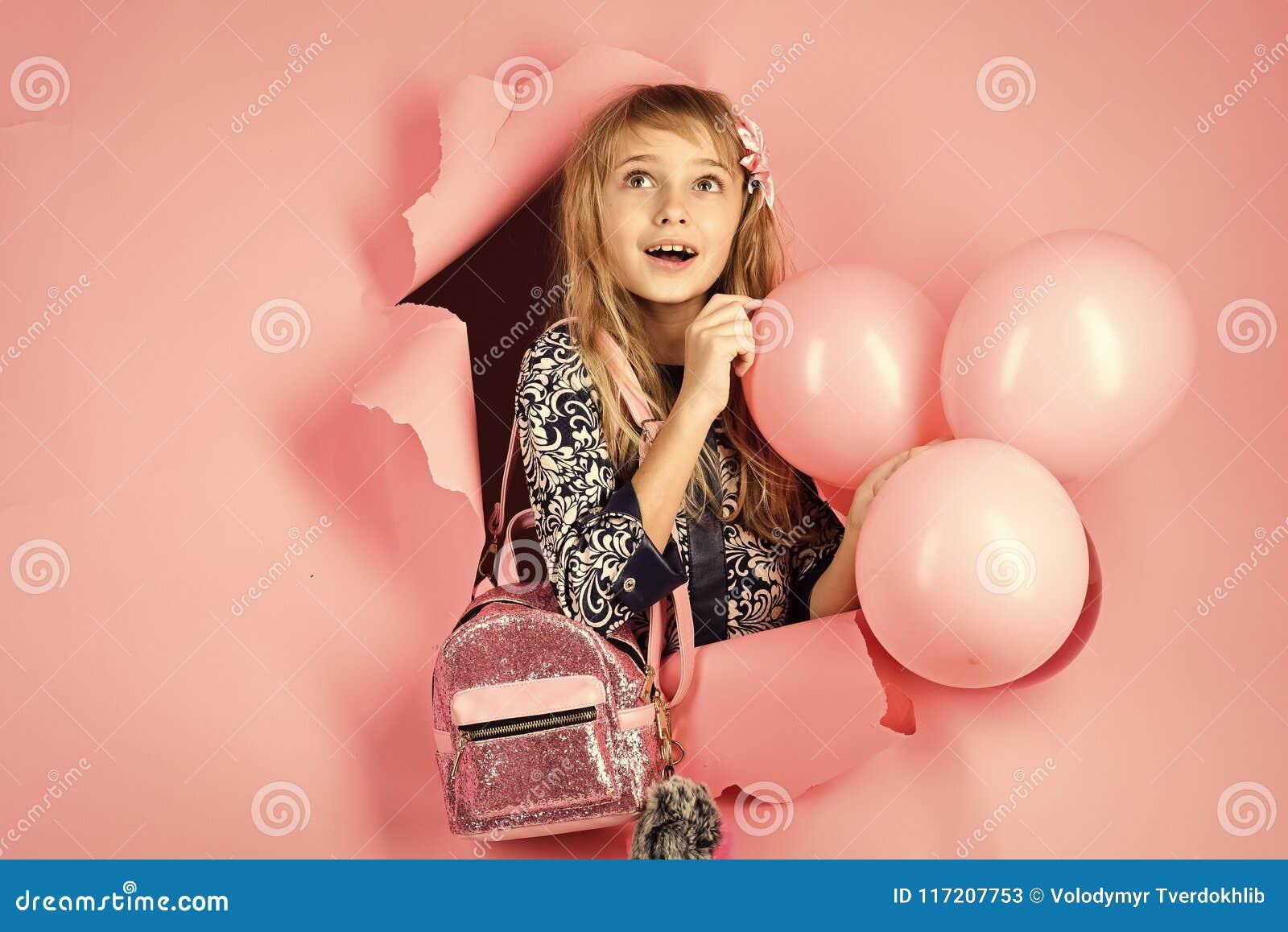 Födelsedag lycka, barndom, blick Unge med ballonger, födelsedag Liten flicka med frisyrhållballonger Skönhet och