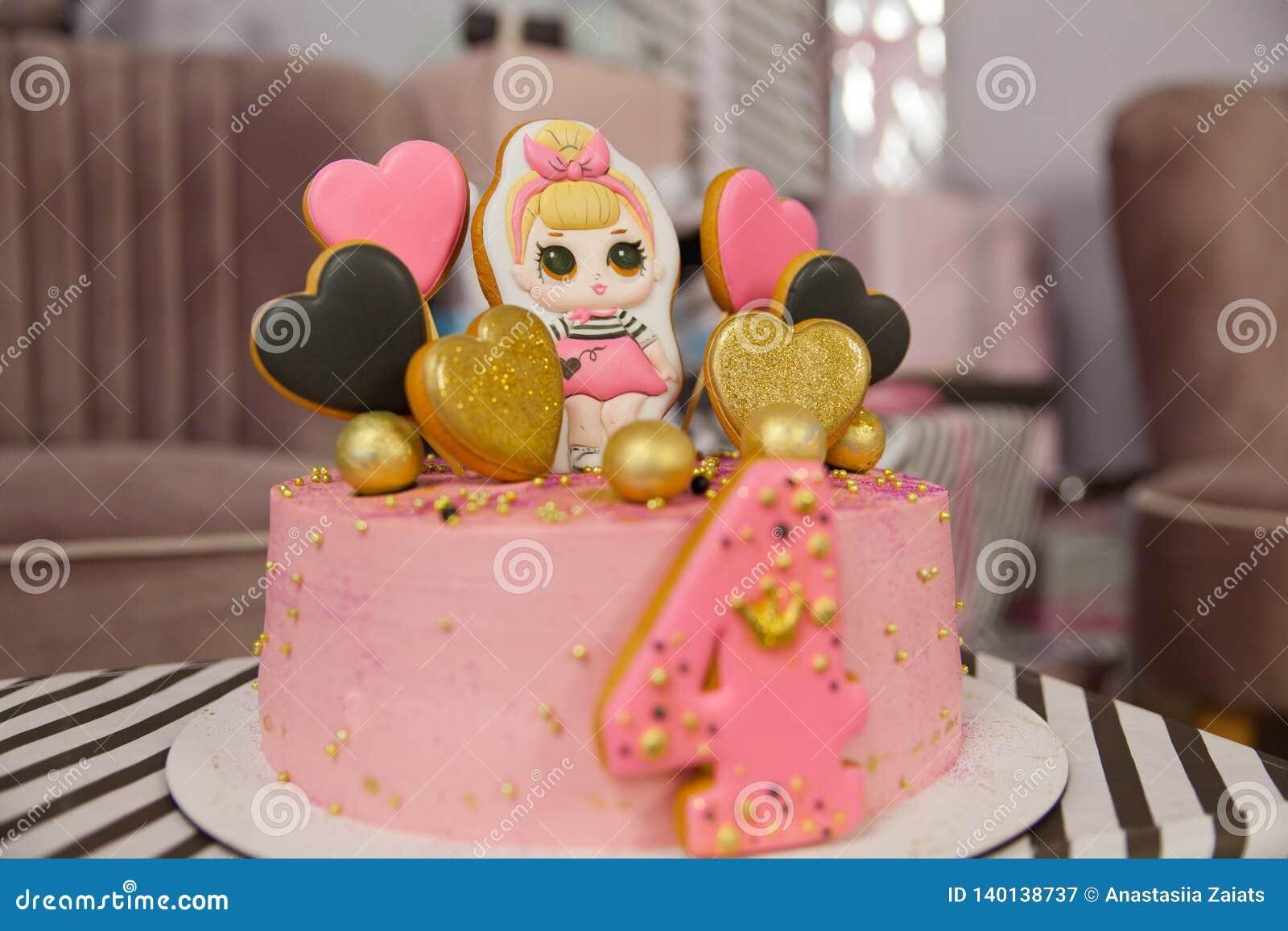 Födelsedagkaka för 4 år som dekoreras med pepparkakahjärtor med isläggning och numret fyra blek maräng - rosa