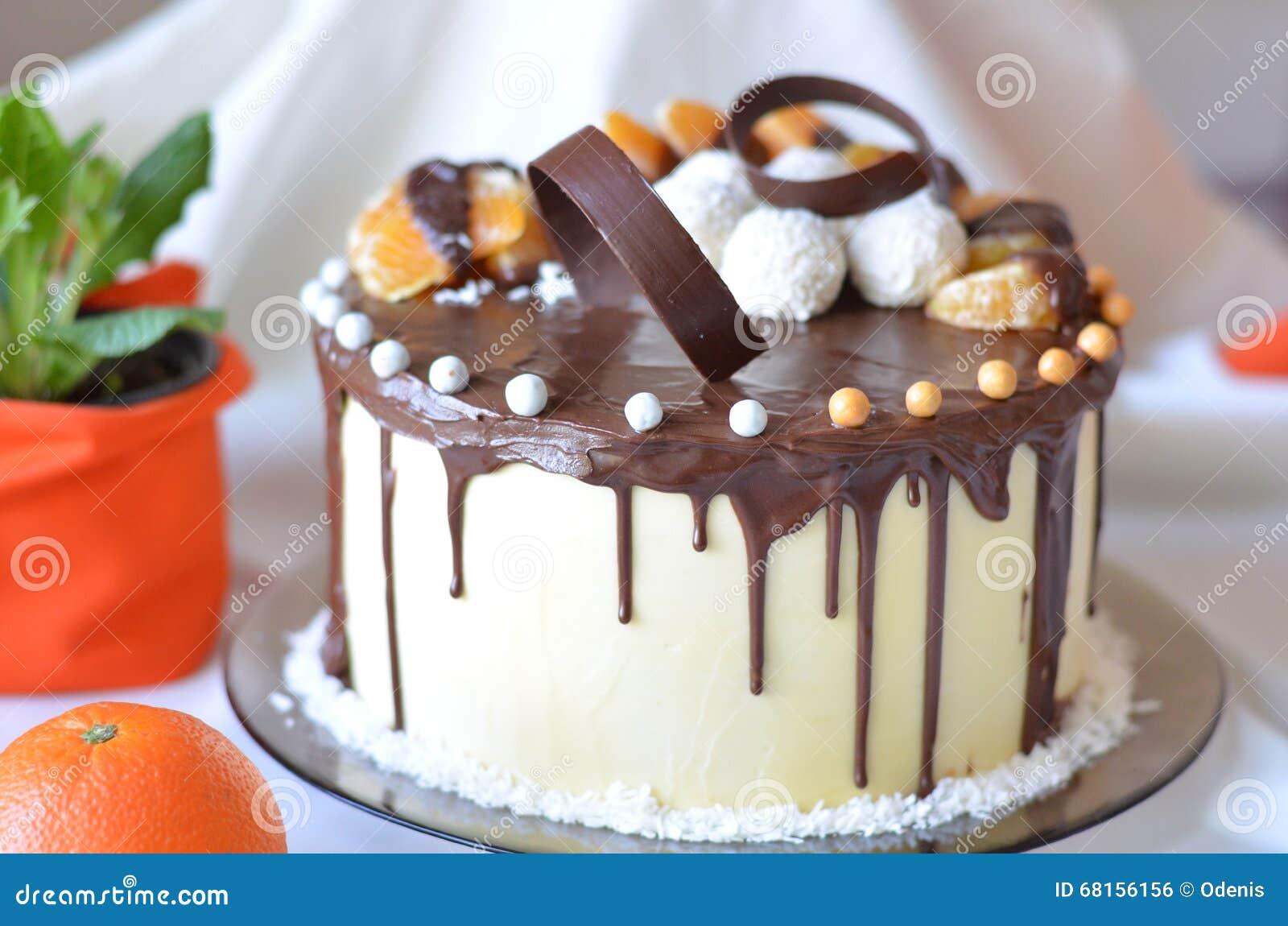 Födelsedagkaka som täckas med chokladisläggning