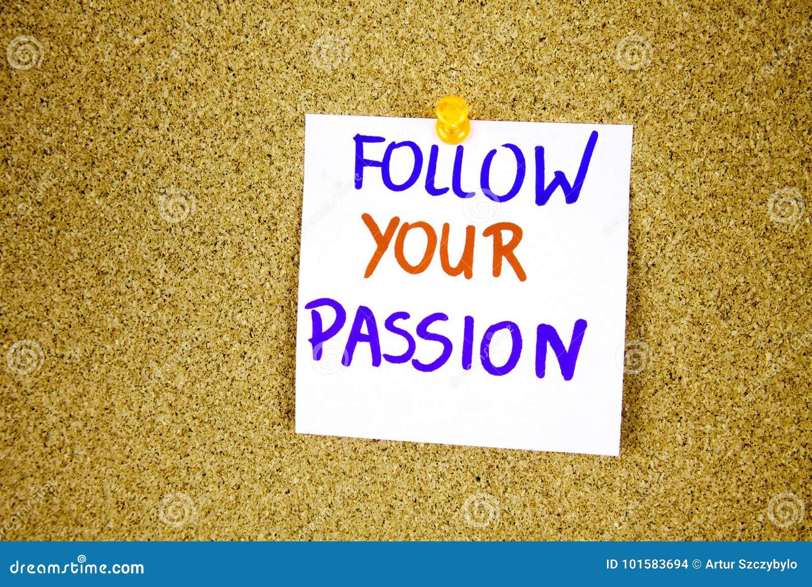 Följ din passion på klibbig anmärkning med inskriften som klämmas fast på en korkanslagstavla