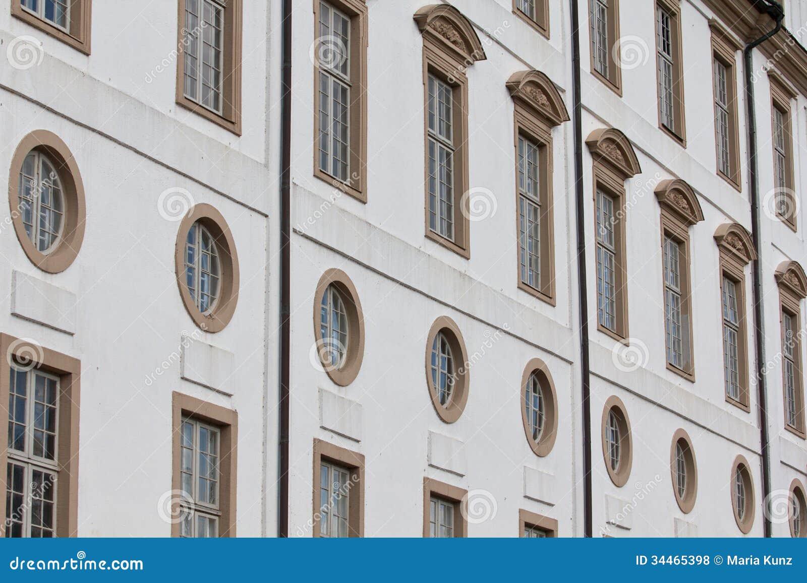 Fönster för gammal stil arkivfoto. Bild av garnering - 34465398