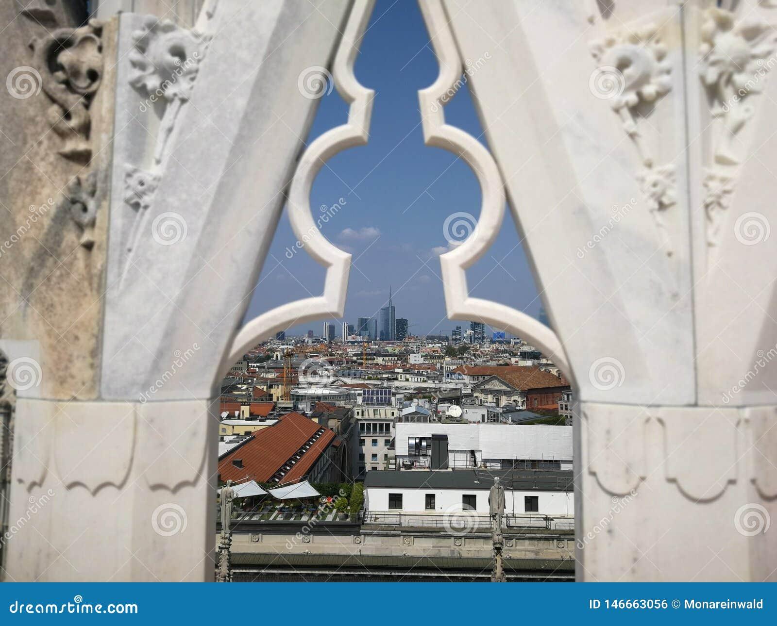 Fönster från Dom över Milano i Italien