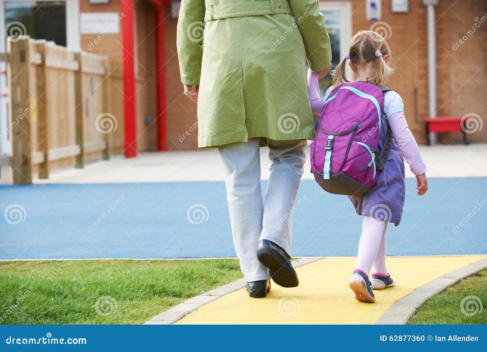 Förälder som Pre tar barnet till skolan