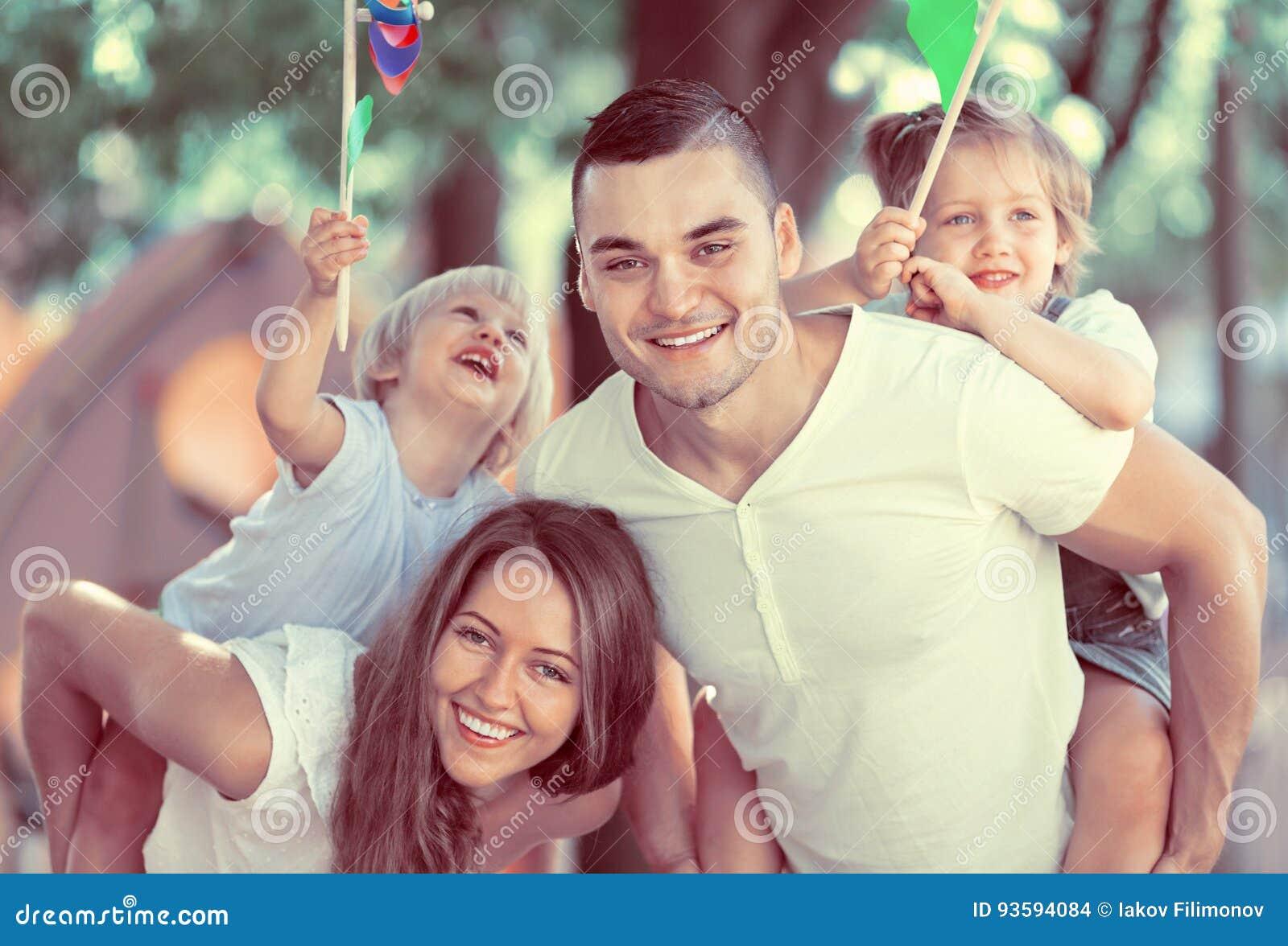 Föräldrar som går med barn