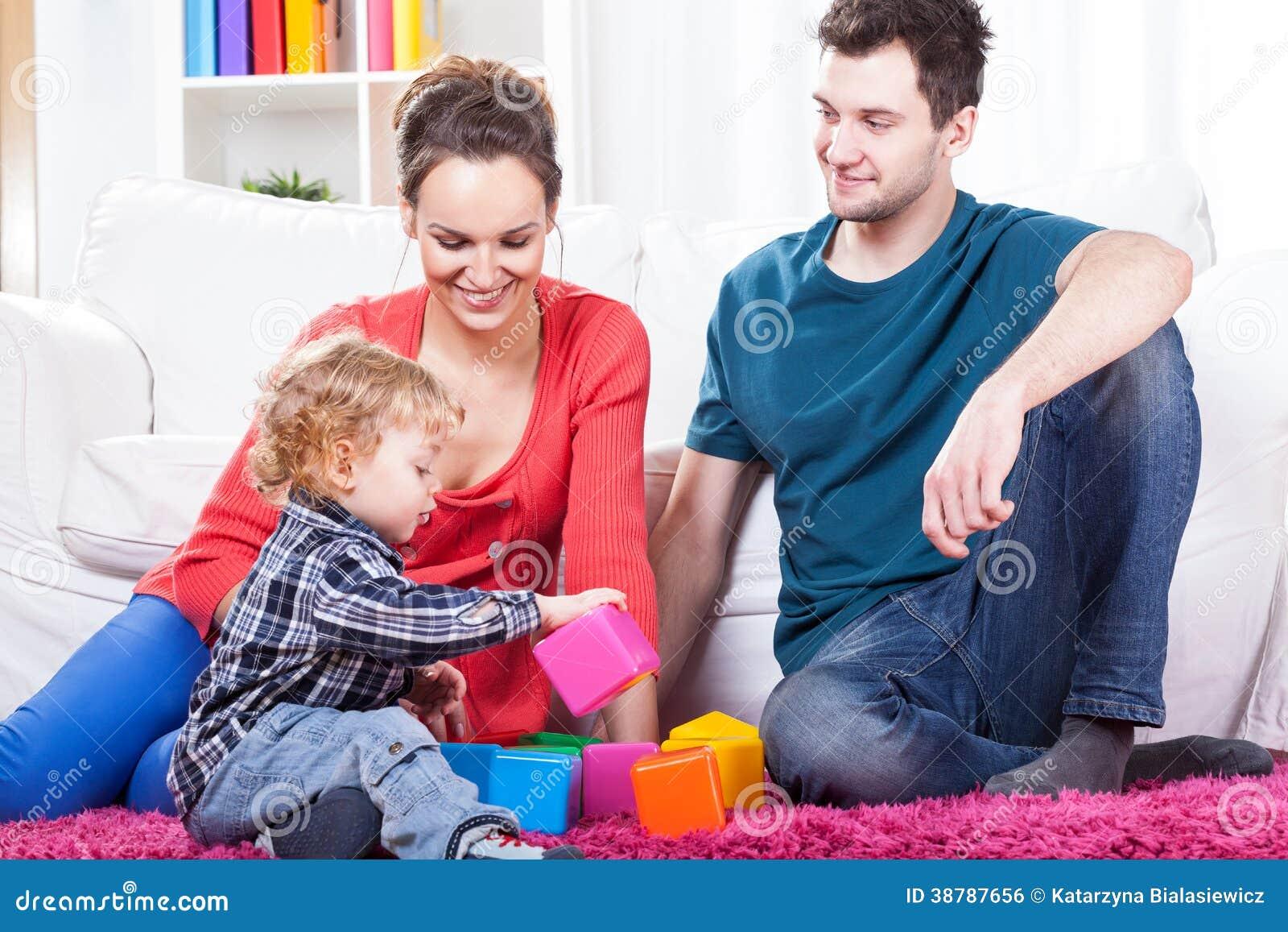 Föräldrar som spelar med barnet