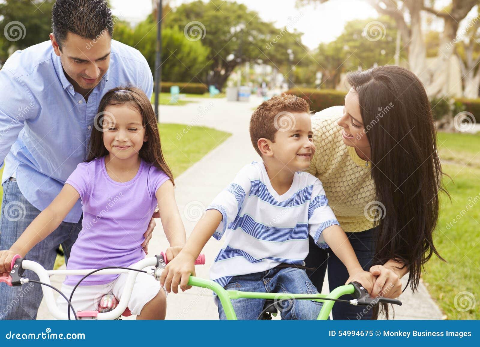 Föräldrar som undervisar barn att rida cyklar parkerar in