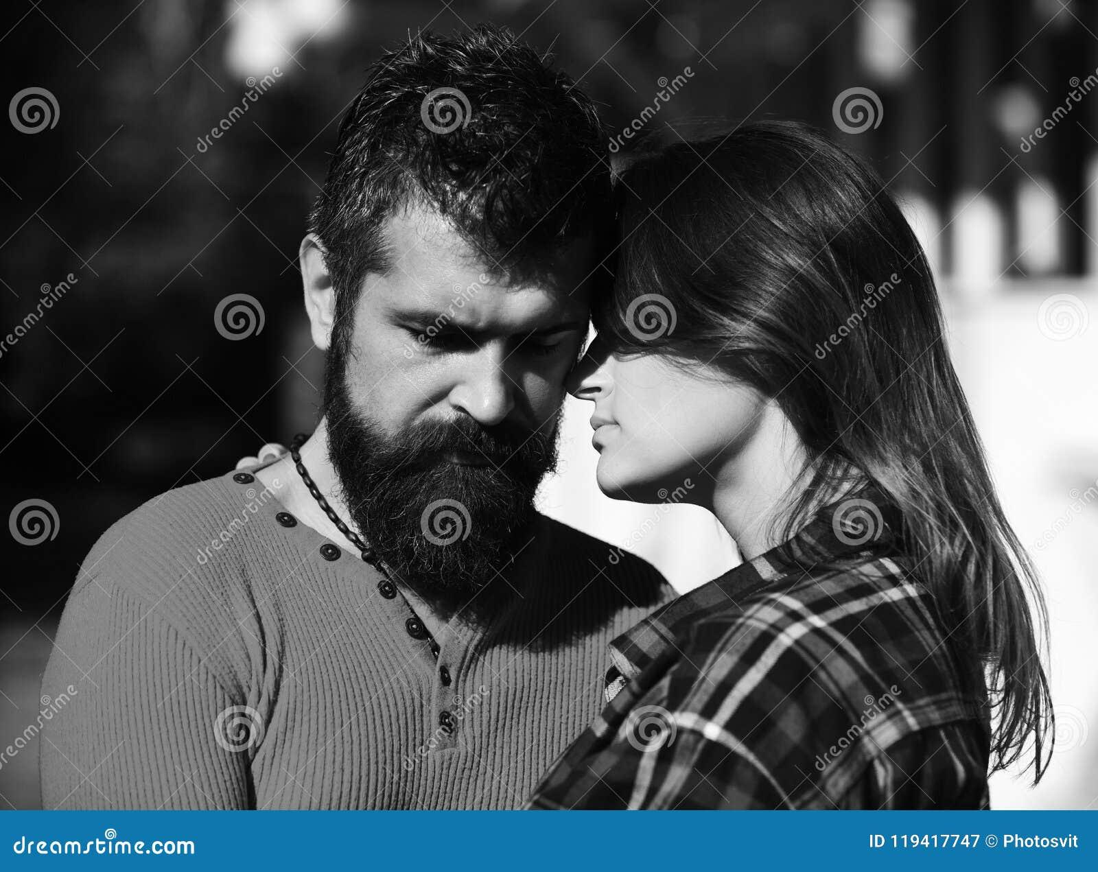 Förälskad kel för par, slut upp Flicka och skäggiga lyckliga vänner för grabb eller på datumkram