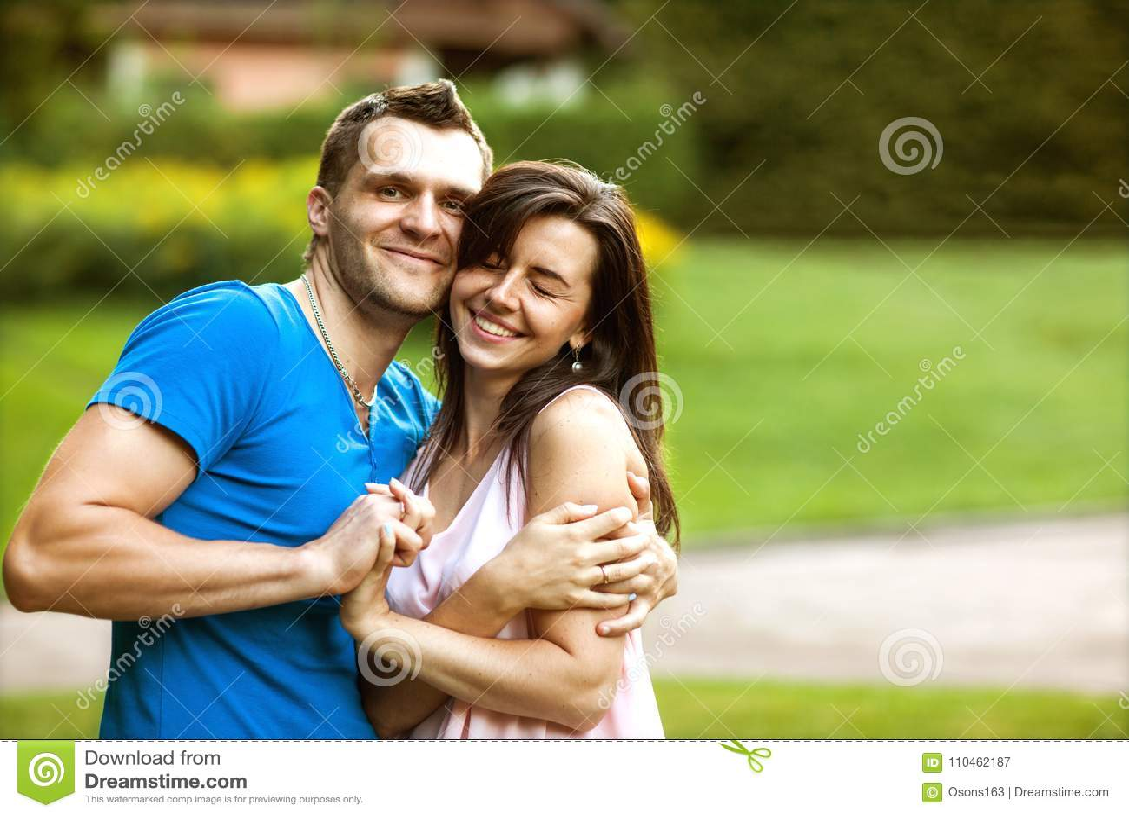 Förälskade par är lyckliga om att köpa ett nytt hem, familjbegrepp