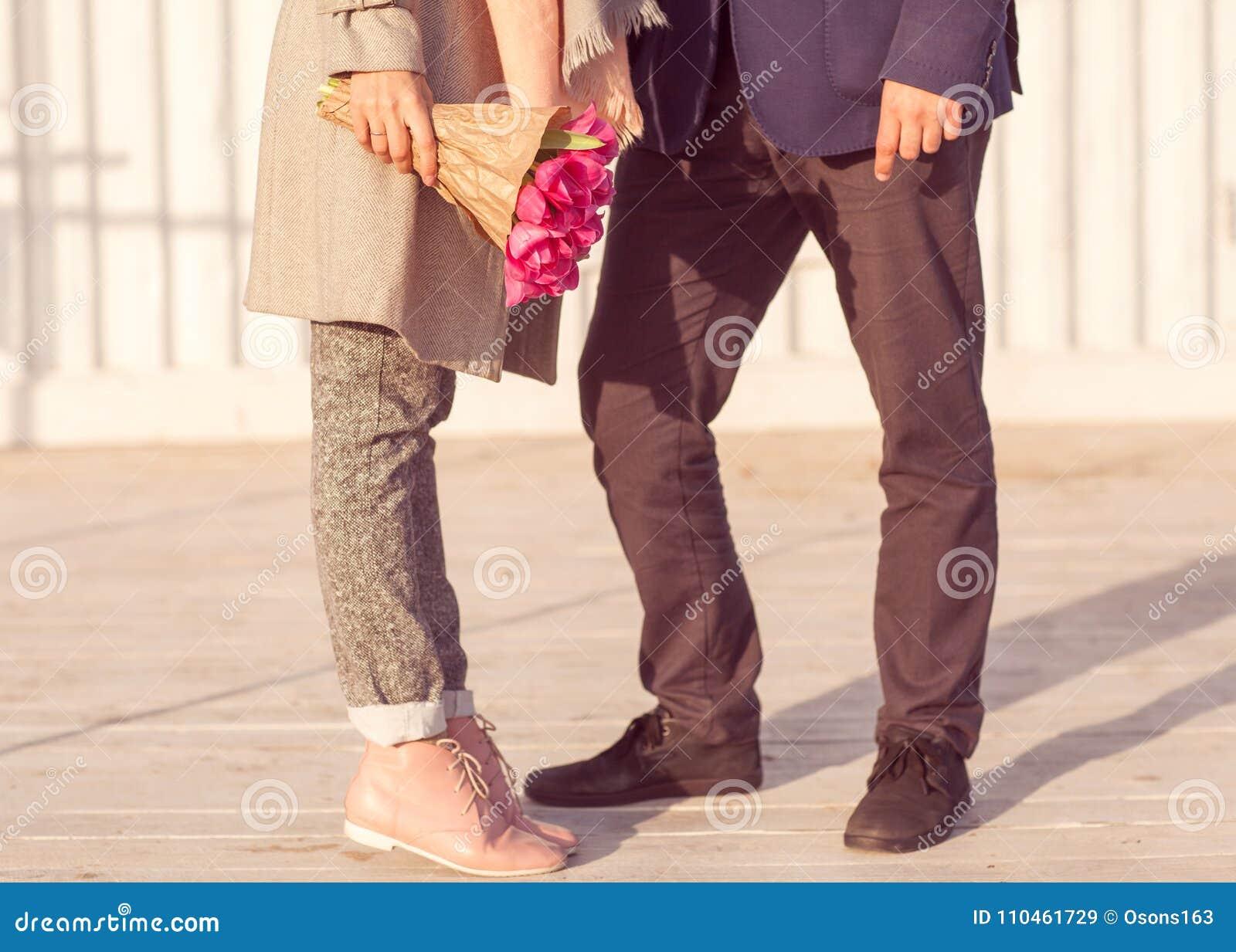 Förälskade par vänder mot sig på dagen av den heliga dalen