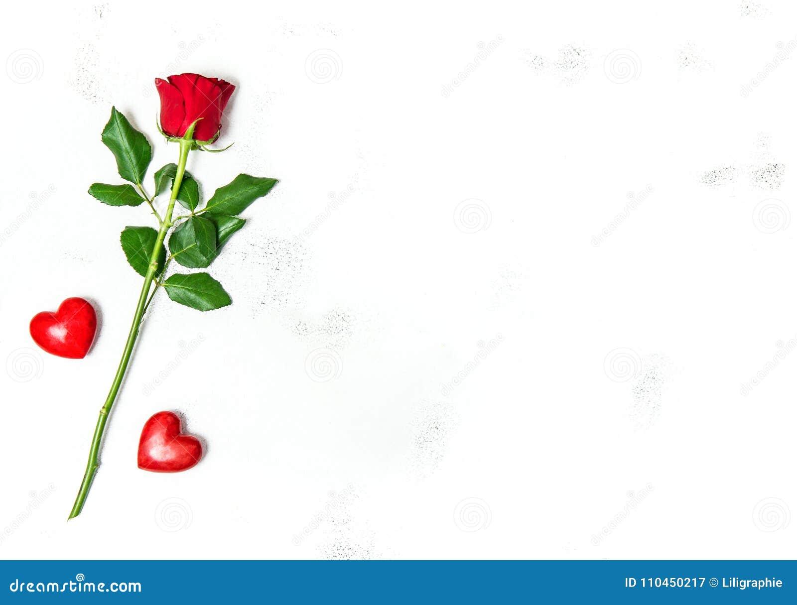Förälskelse för garnering för hjärtor för blomma för ros för valentindag röd