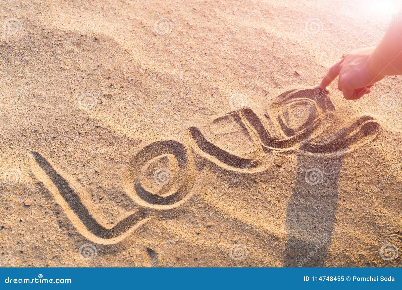 FÖRÄLSKELSEordhandstil på den vita sandnaturen på stranden Sommartur