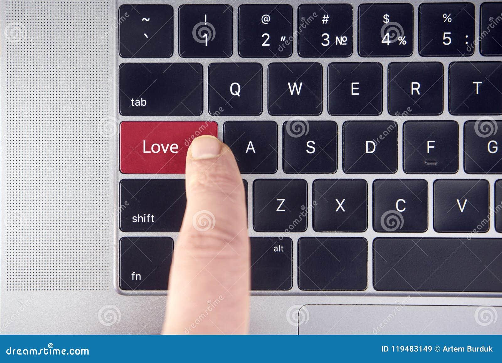Förälskelsetext på den röda tangentbordknappen i ett bärbar datortangentbord