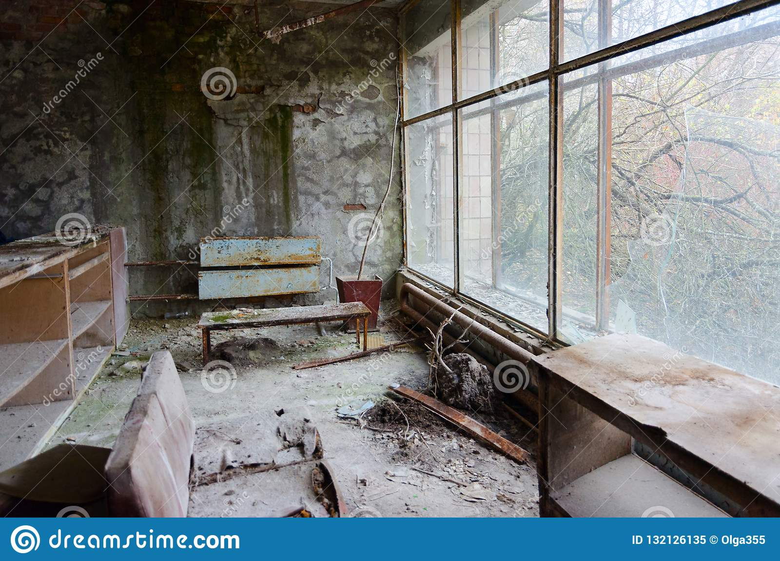 Förödelse i korridor av sjukhuset inte 126 övergiven spökstad Pripyat i den Tjernobyl uteslutandezonen, Ukraina