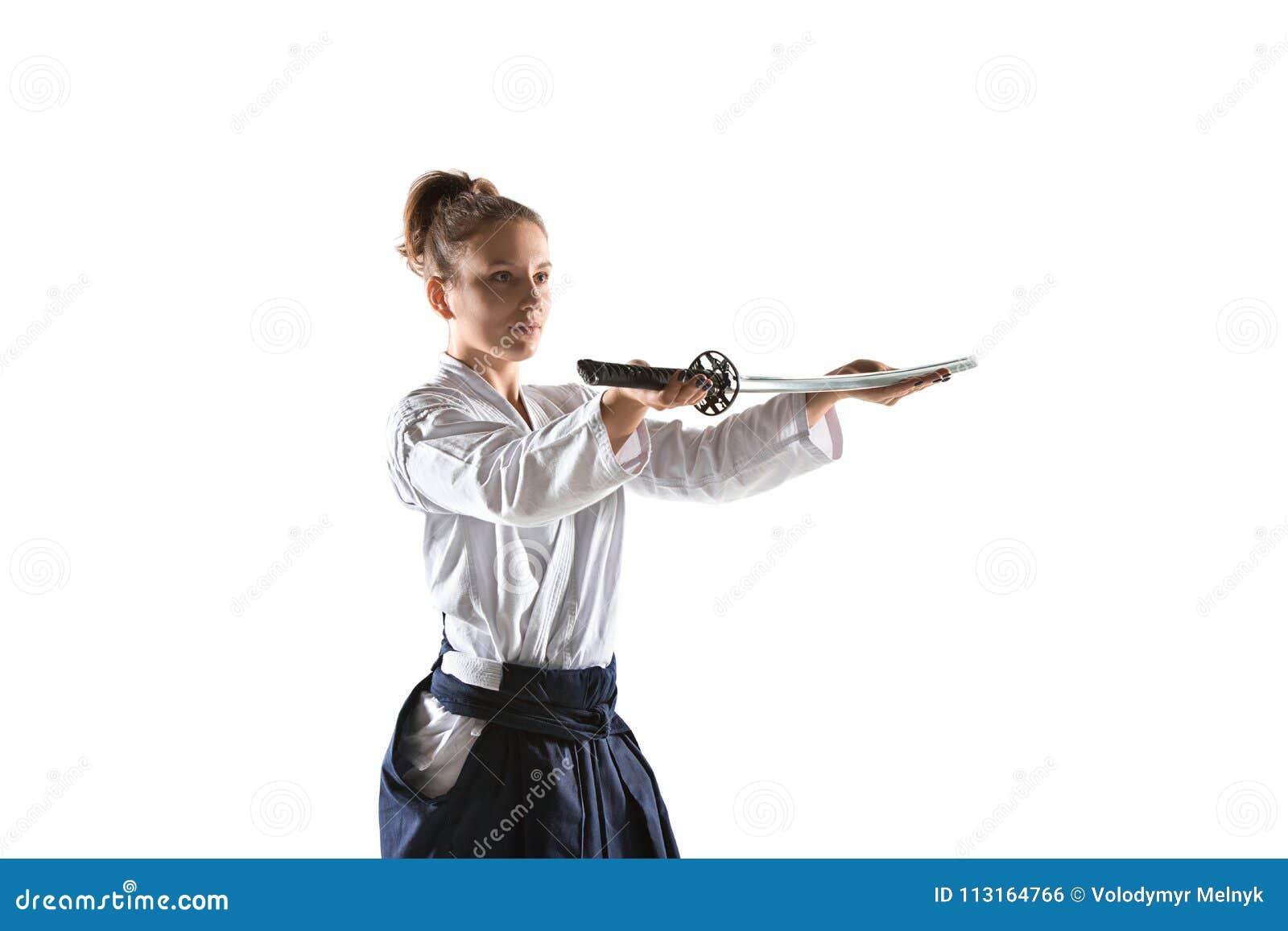 För övningsförsvar för Aikido ledar- ställing Sund livsstil och sportbegrepp Kvinna i den vita kimonot på vit bakgrund
