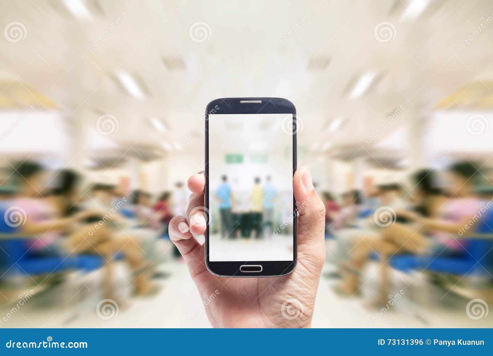För asiatisk smart telefon handhåll för man, på suddig bakgrundspatient w