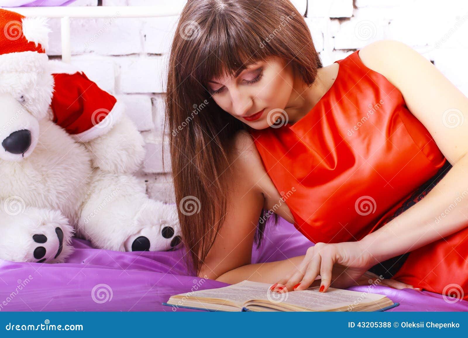 Download För Avläsningskvinna För Bok Nätt Barn Arkivfoto - Bild av hår, kvinnlig: 43205388