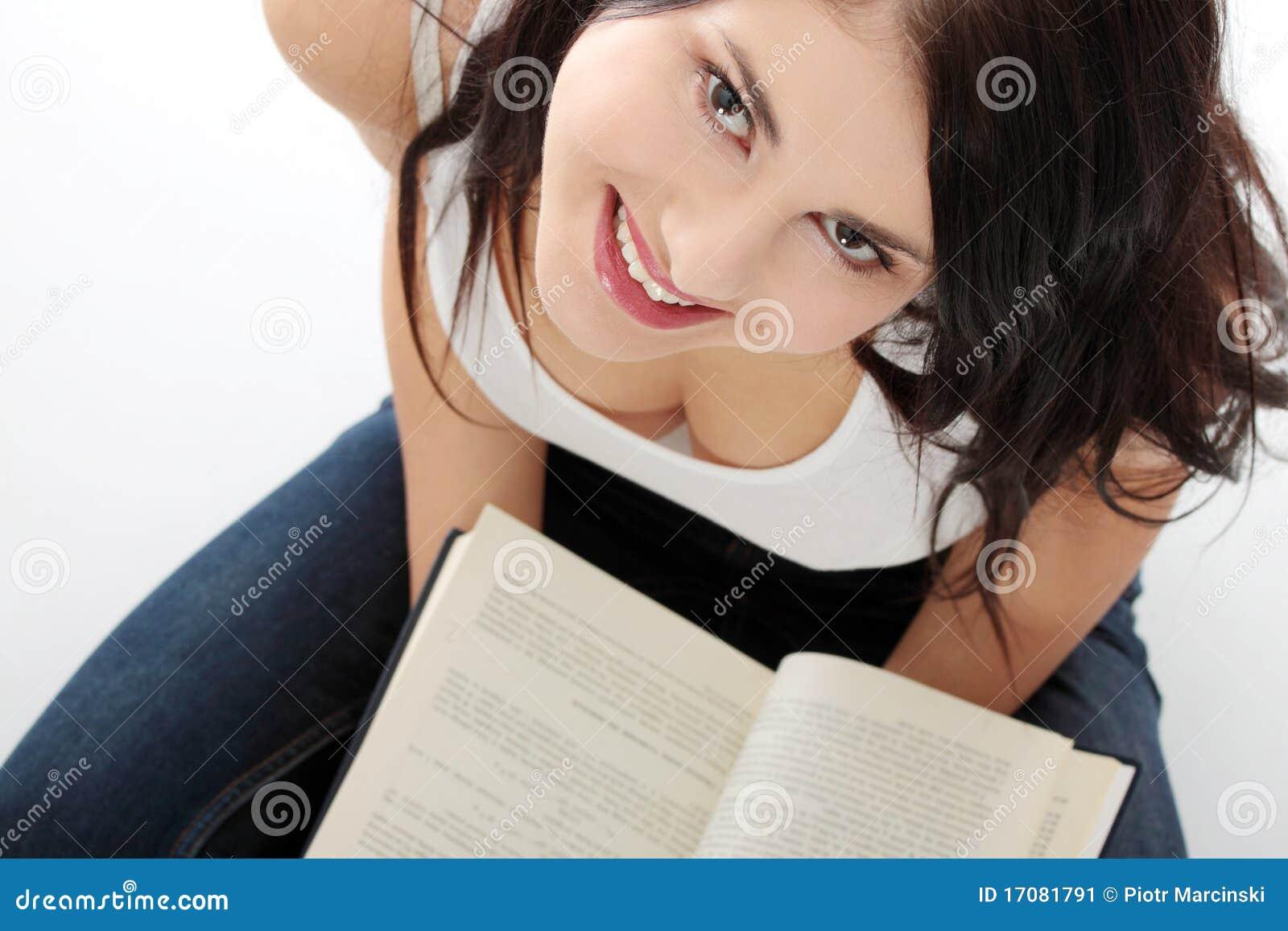 För avläsningskvinna för härlig bok caucasian barn