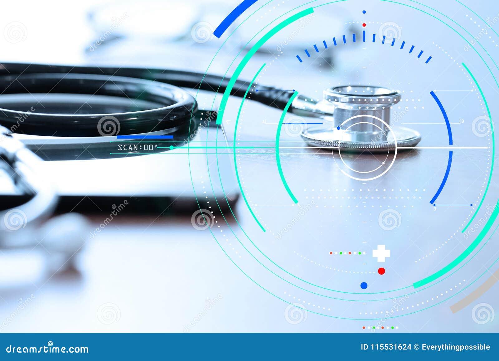 För behandlingläkarundersökning för exakt diagnos lämpligt begrepp Manipulera handen som arbetar med digital minnestavla w för st