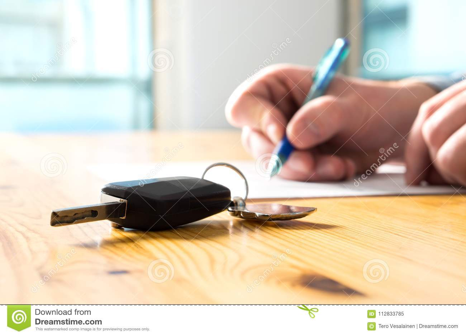 För bilförsäkring för man undertecknande dokument eller arrendepapper