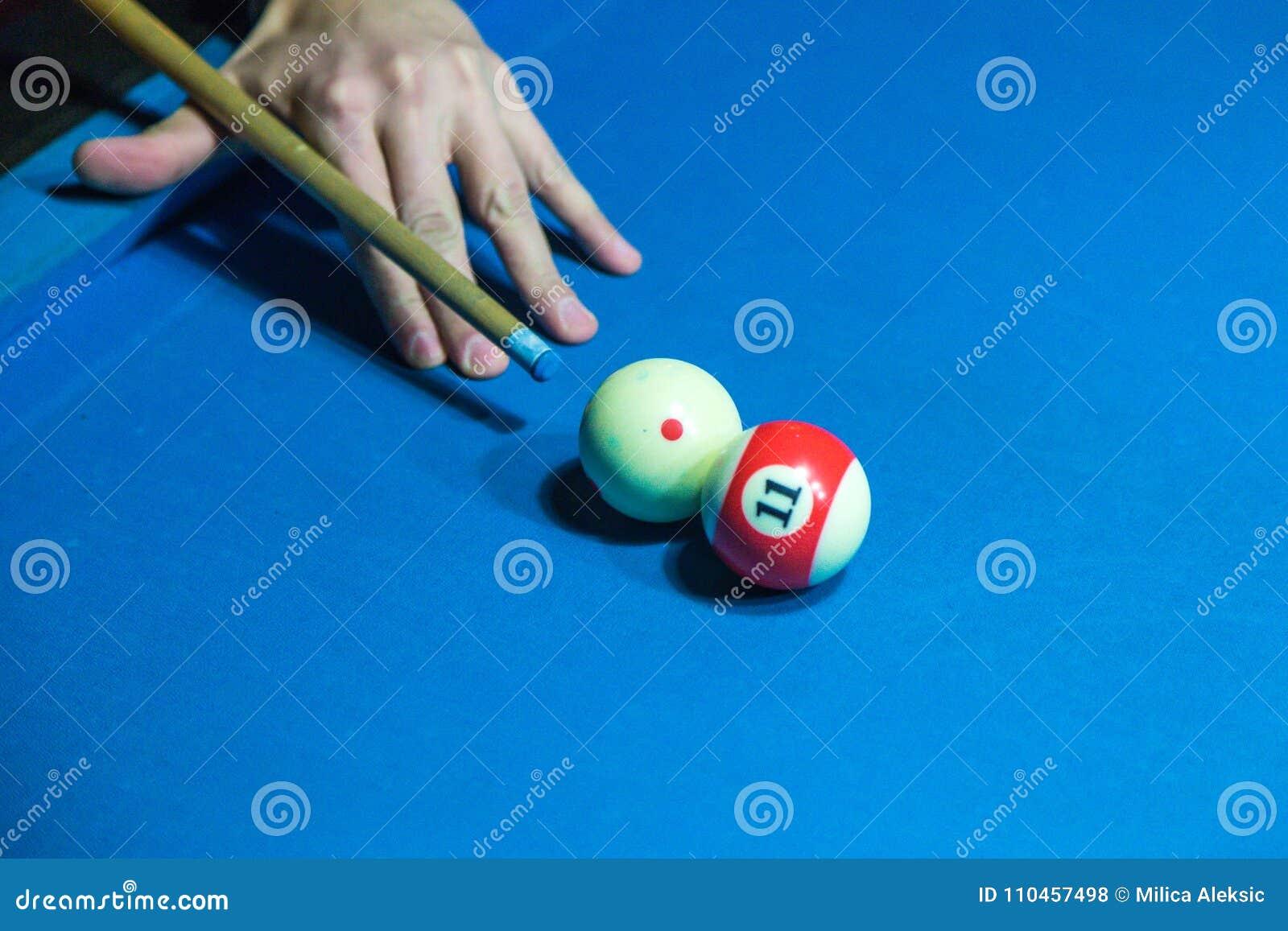 För billiardpinne för hand hållande stickreplik på en pöltabell som är klar till skottbollen