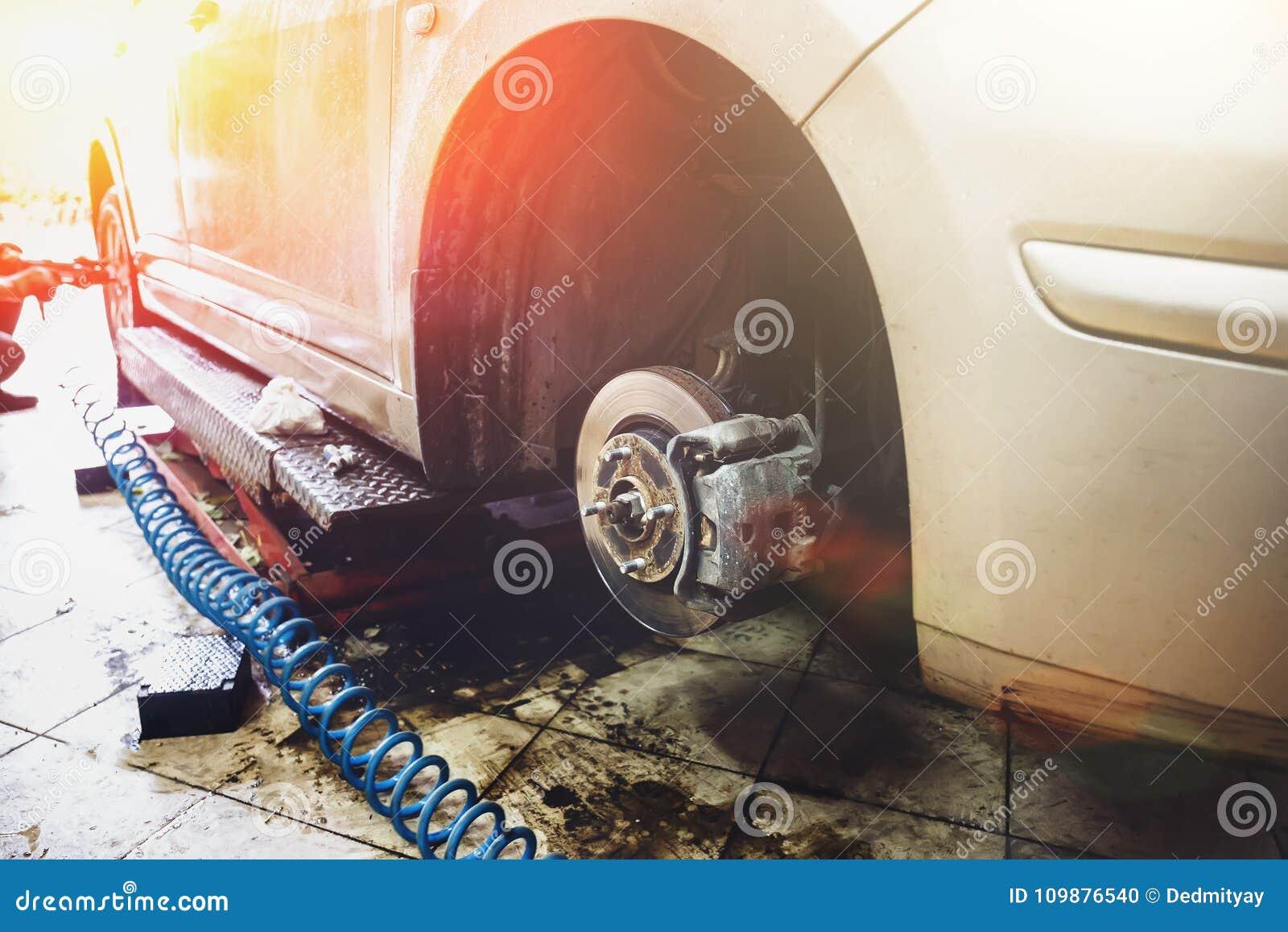 För bilservice för garage och för auto mekaniker begrepp Teknologi och felsöka för bilreparation
