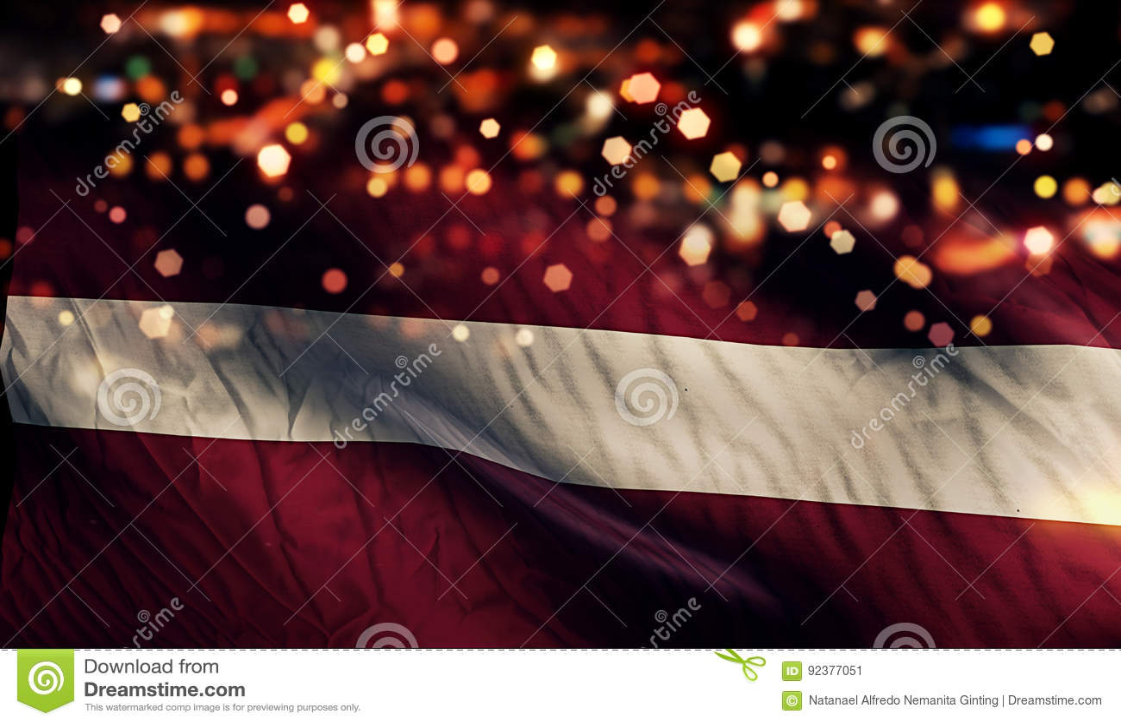 För Bokeh för natt för Lettland nationsflaggaljus bakgrund abstrakt begrepp
