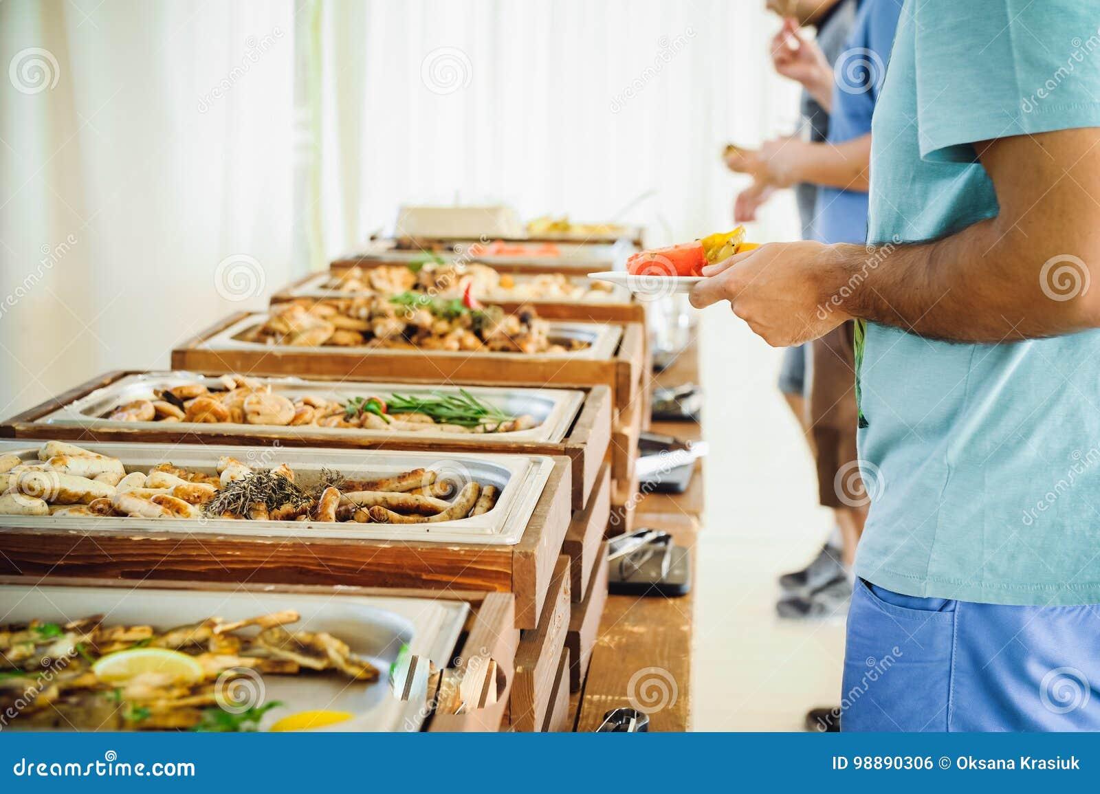 För buffématställe för utomhus- kokkonst kulinariskt sköta om Grupp människor, sammanlagt som du kan äta Äta middag begrepp för m