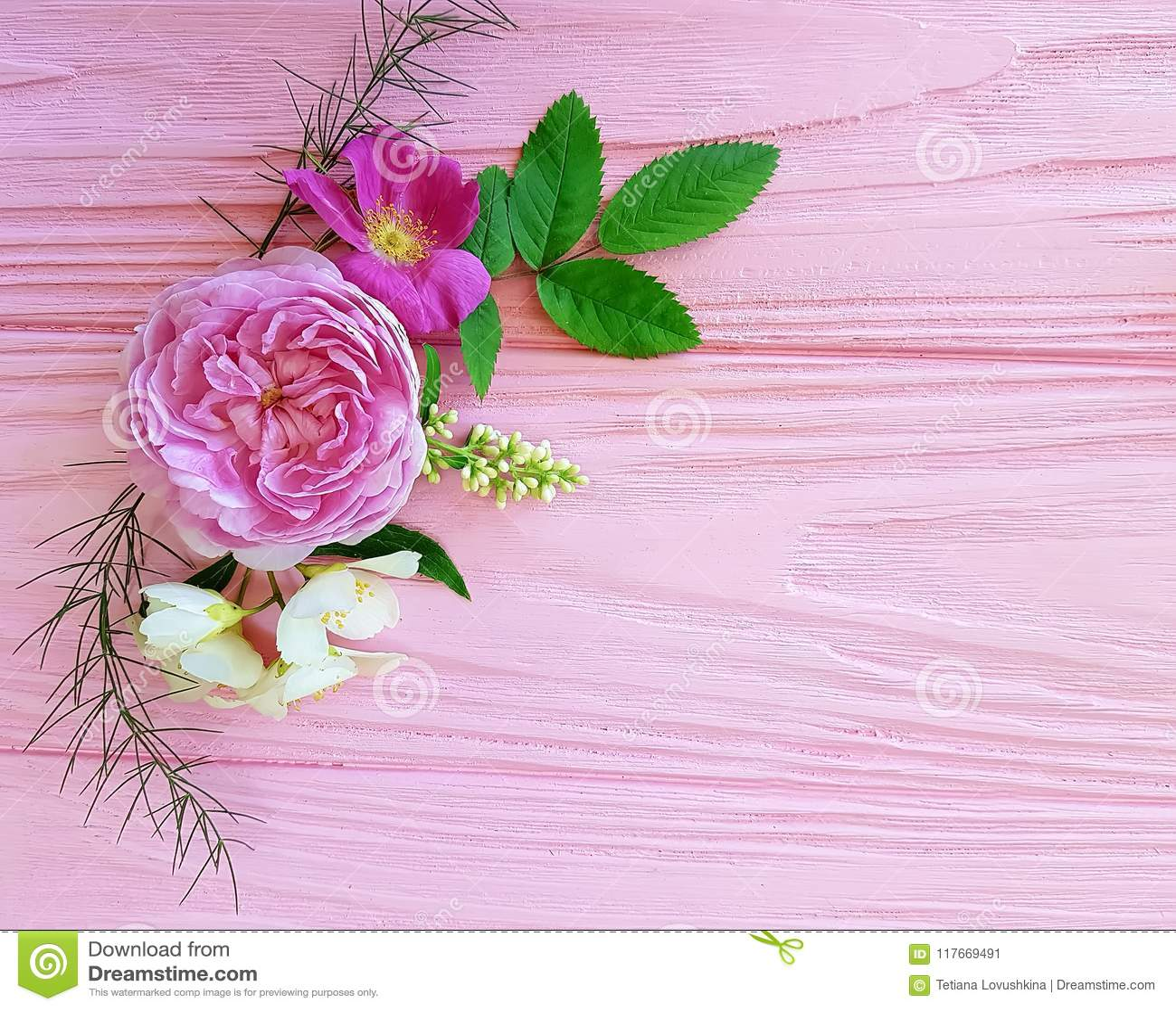 För bukettsäsong för rosor härlig ram på en rosa träbakgrundsjasmin, magnolia
