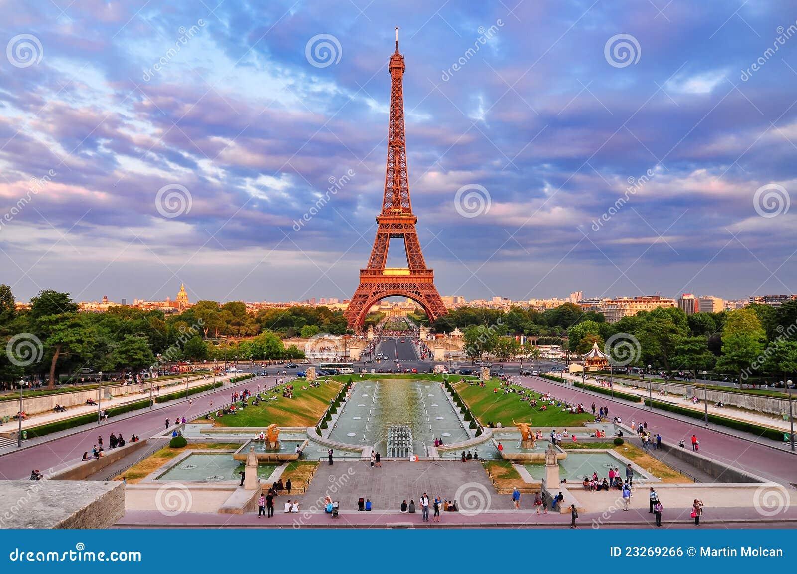 För eiffel för cityscape molnig sikt för torn solnedgång