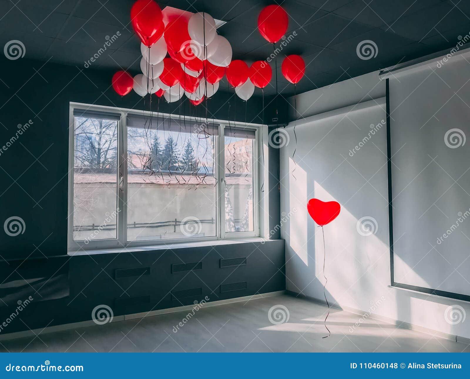För evigt along står ut den röda hjärtaformballongen i regeringsställning nedanför otheballonger Var det speciala valentinbegrepp